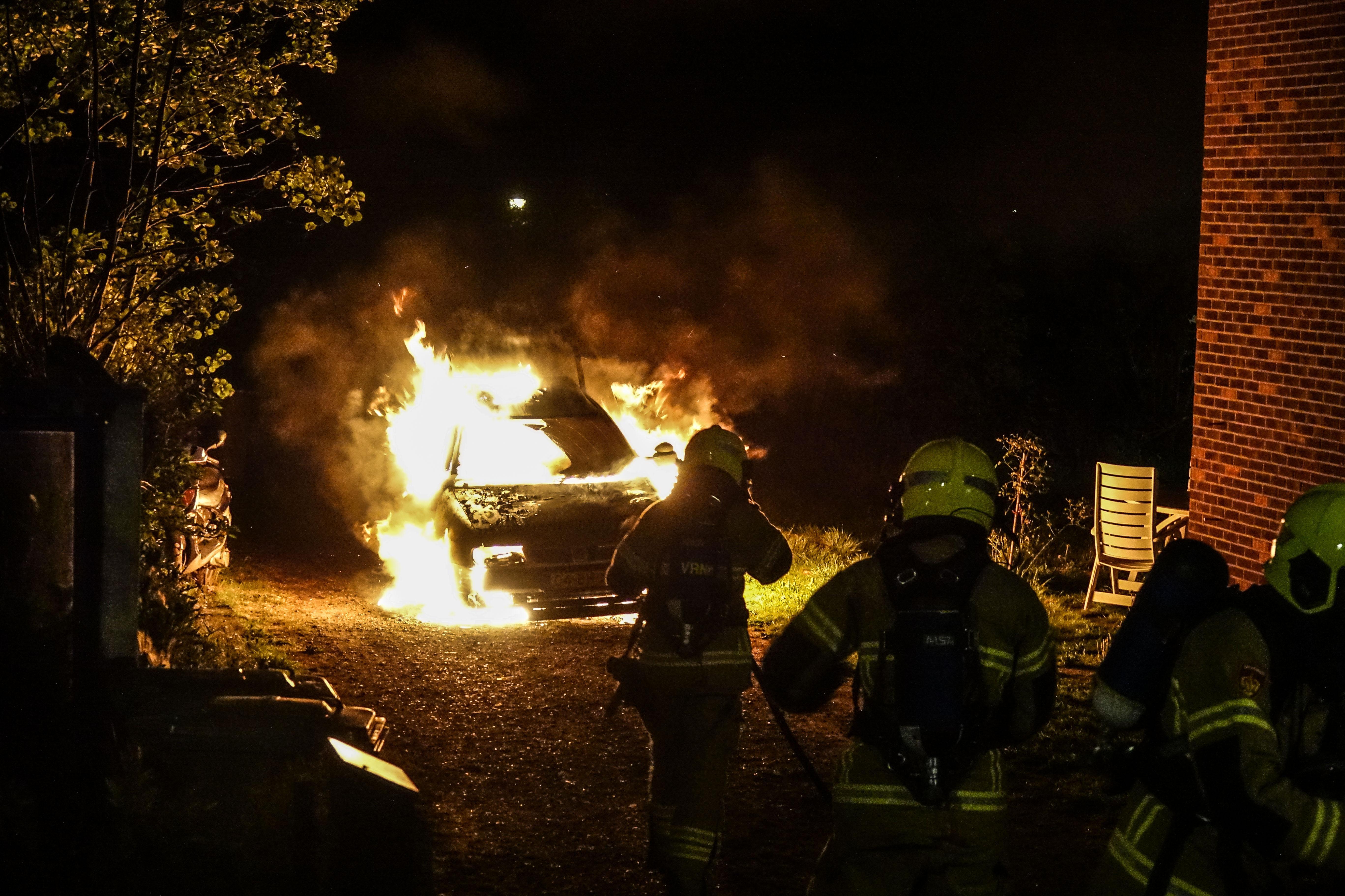 Autobrand in Burgerbrug, brandstichting niet uitgesloten [video]