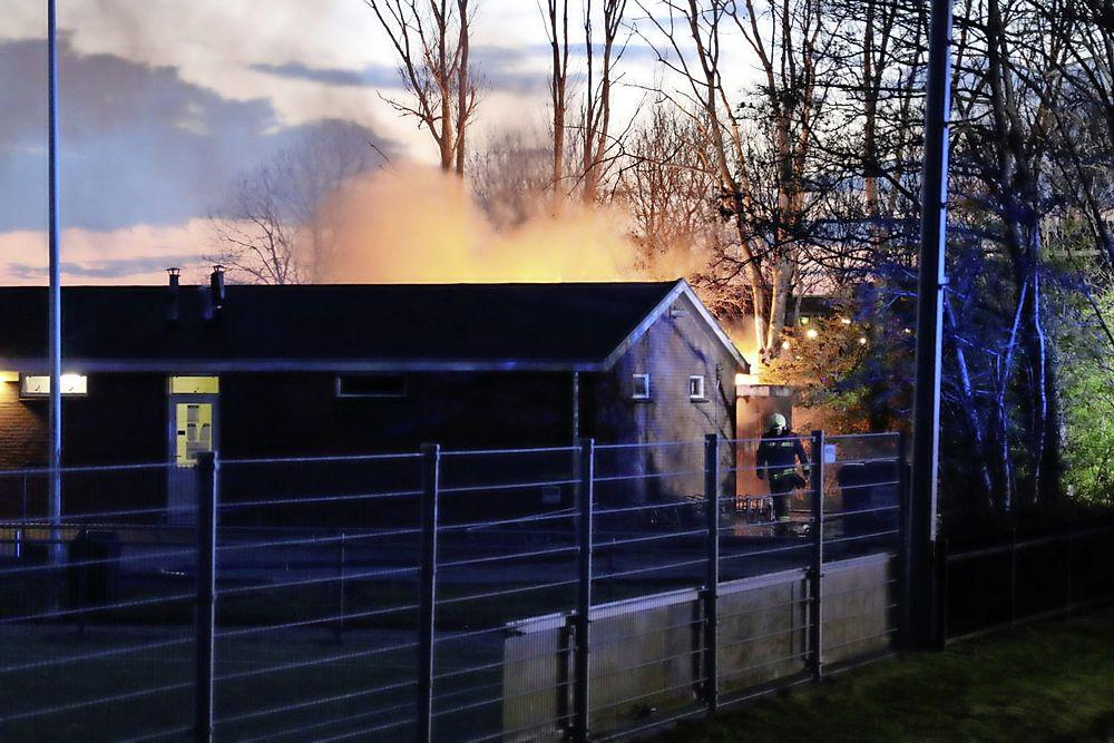 Brand bij korfbalvereniging Madjoe in Rijnsburg, opslagruimte verwoest