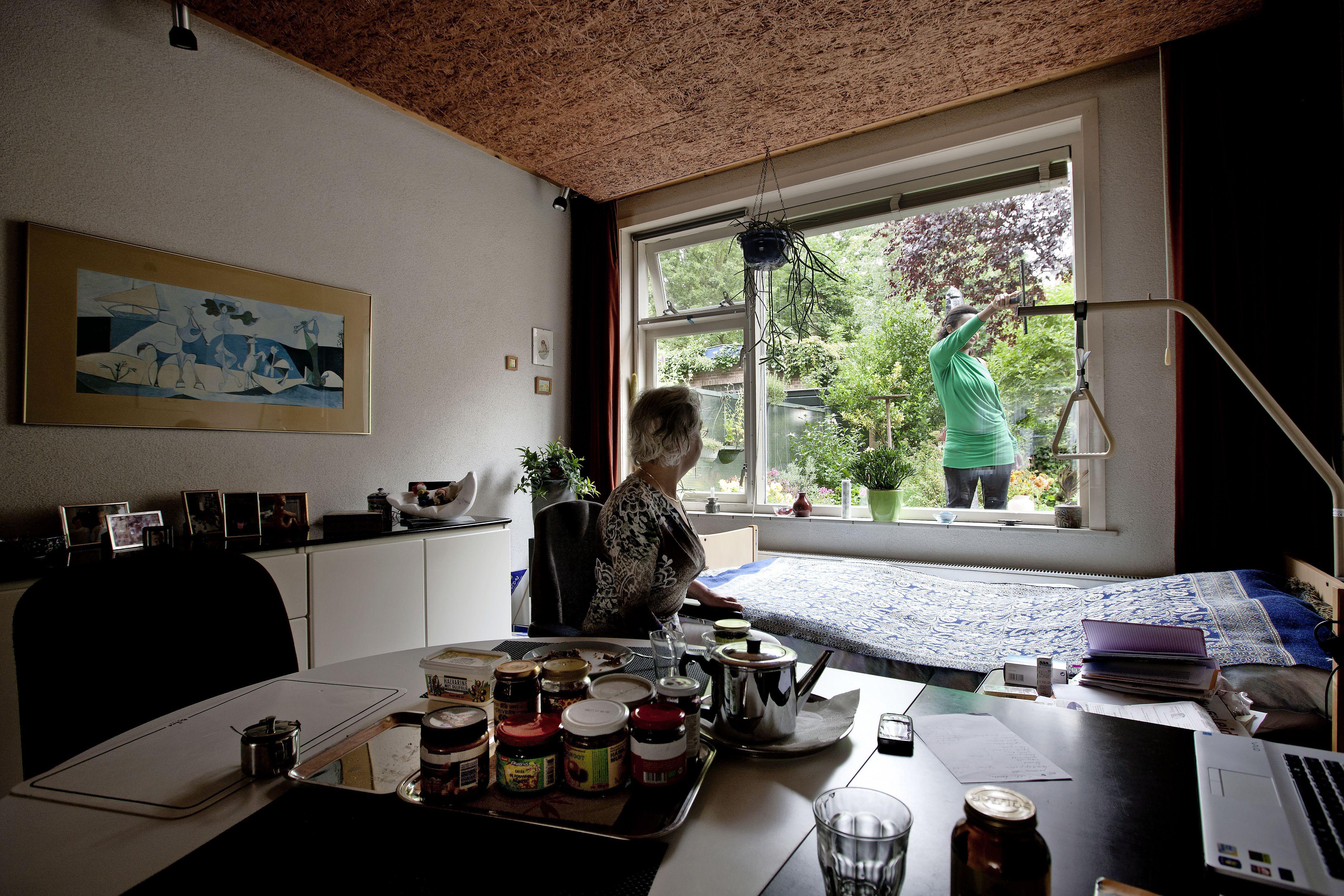 Goedkope werkster via de gemeente is razend populair: ook de Leidse regio worstelt met de 'schoonmaaksubsidie voor de rijken'