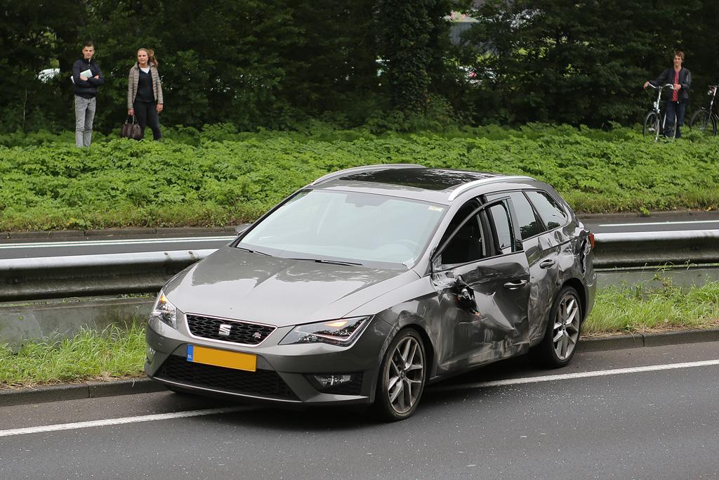 Auto botst met vrachtwagen in Haarlem