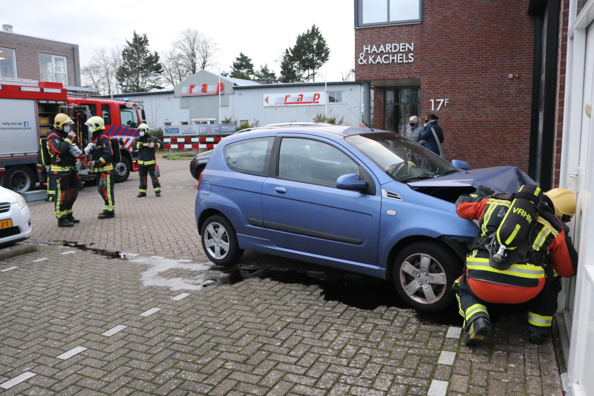 Automobiliste botst tegen bedrijfspand in Hillegom