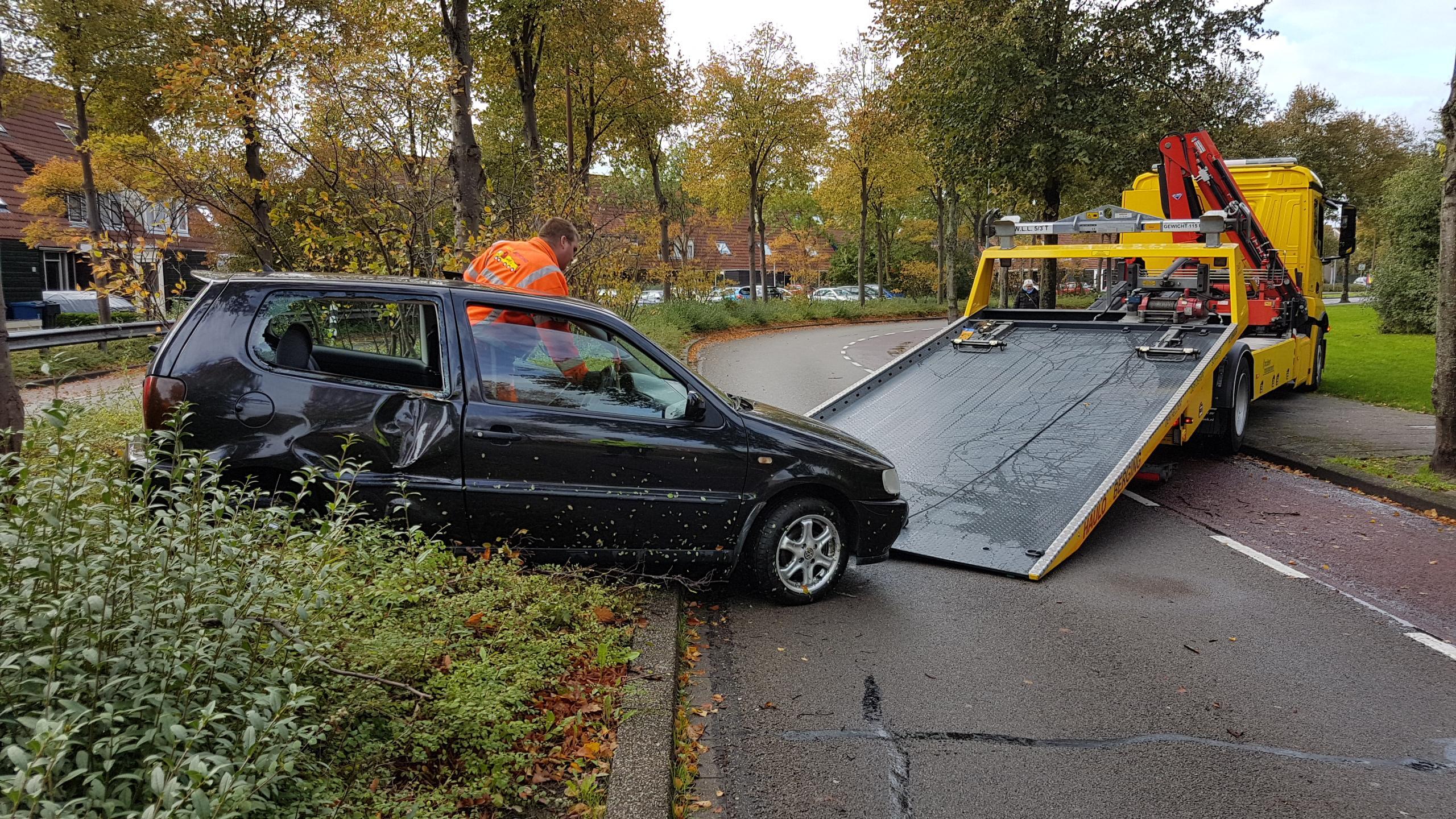 Auto vliegt uit de bocht tegen boom in Alkmaar