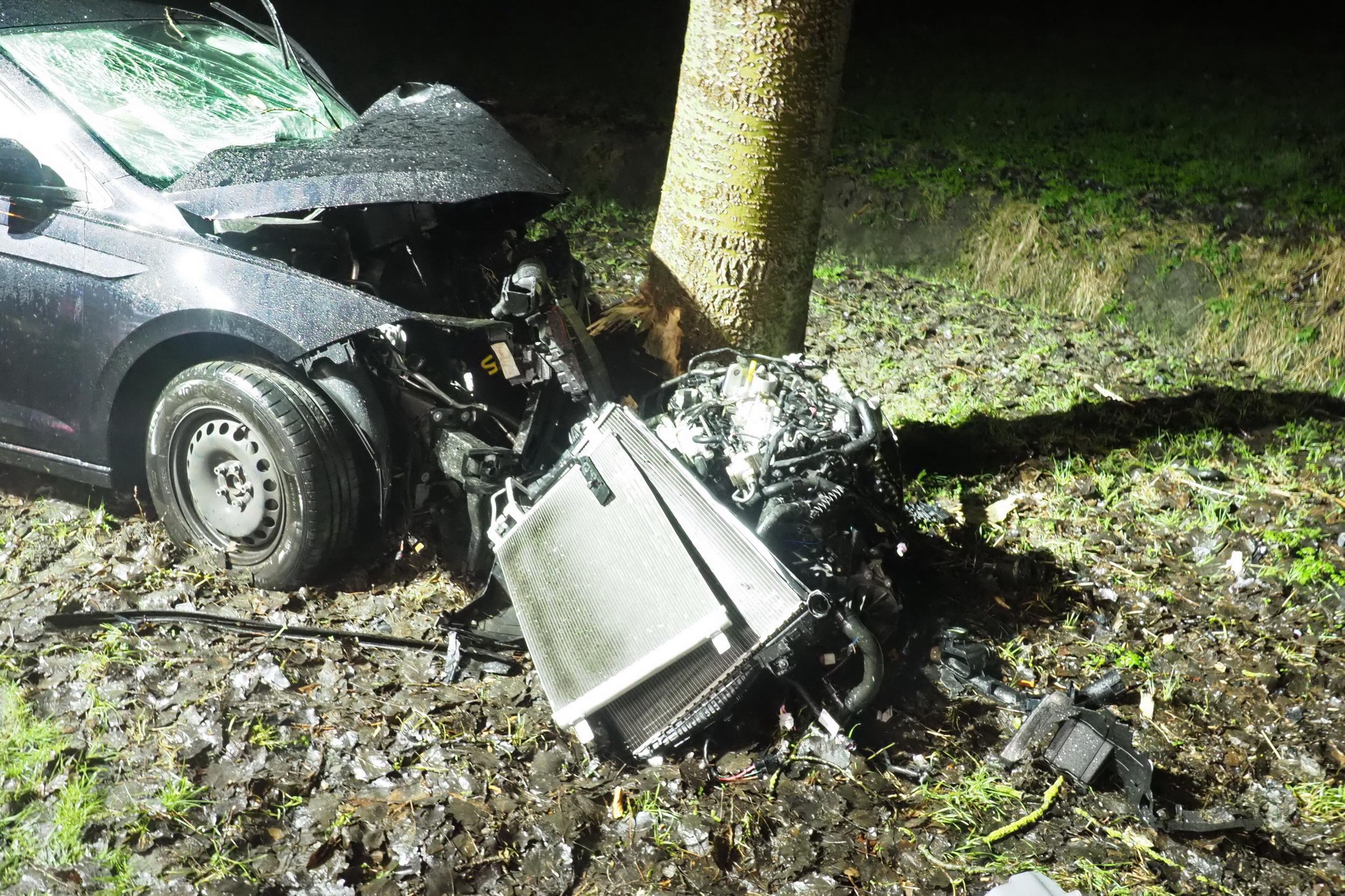 Motorblok uit auto bij botsing tegen boom in Velsen-Zuid