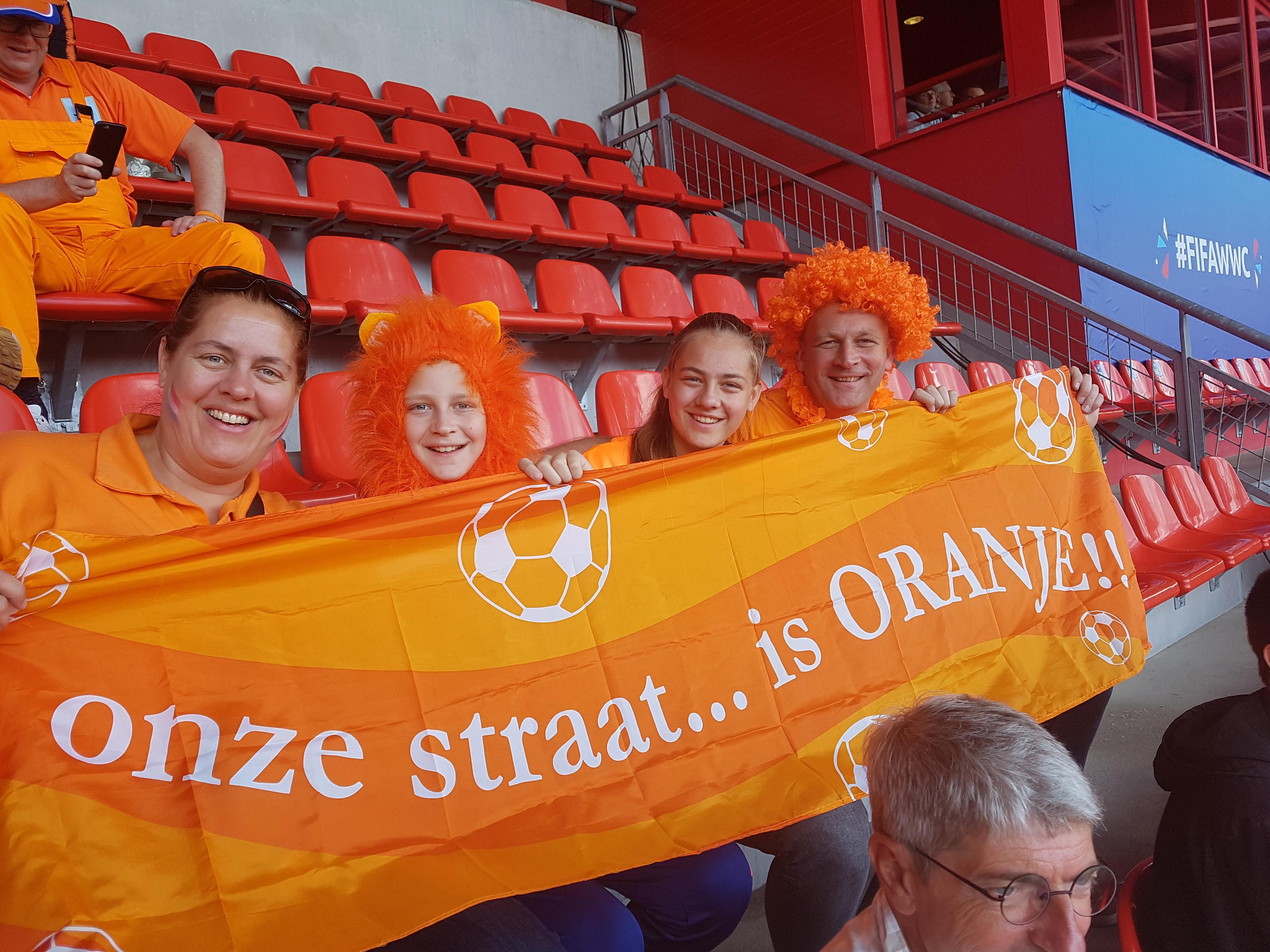 Op jacht naar kaartjes voor uitverkochte kwartfinale Nederlandse voetbalvrouwen: 'Je moet erbij zijn voor de sfeer'