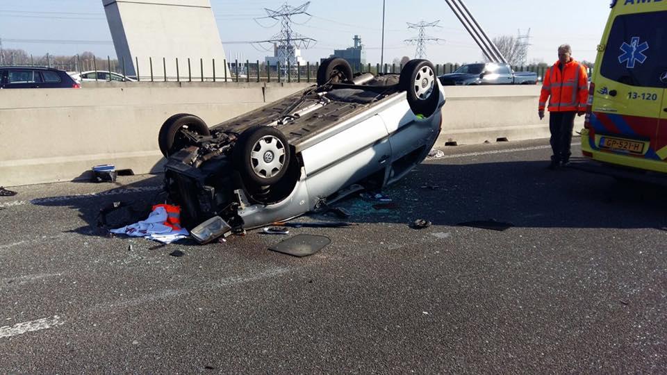 Twee auto's slaan over de kop op A1 bij Diemen