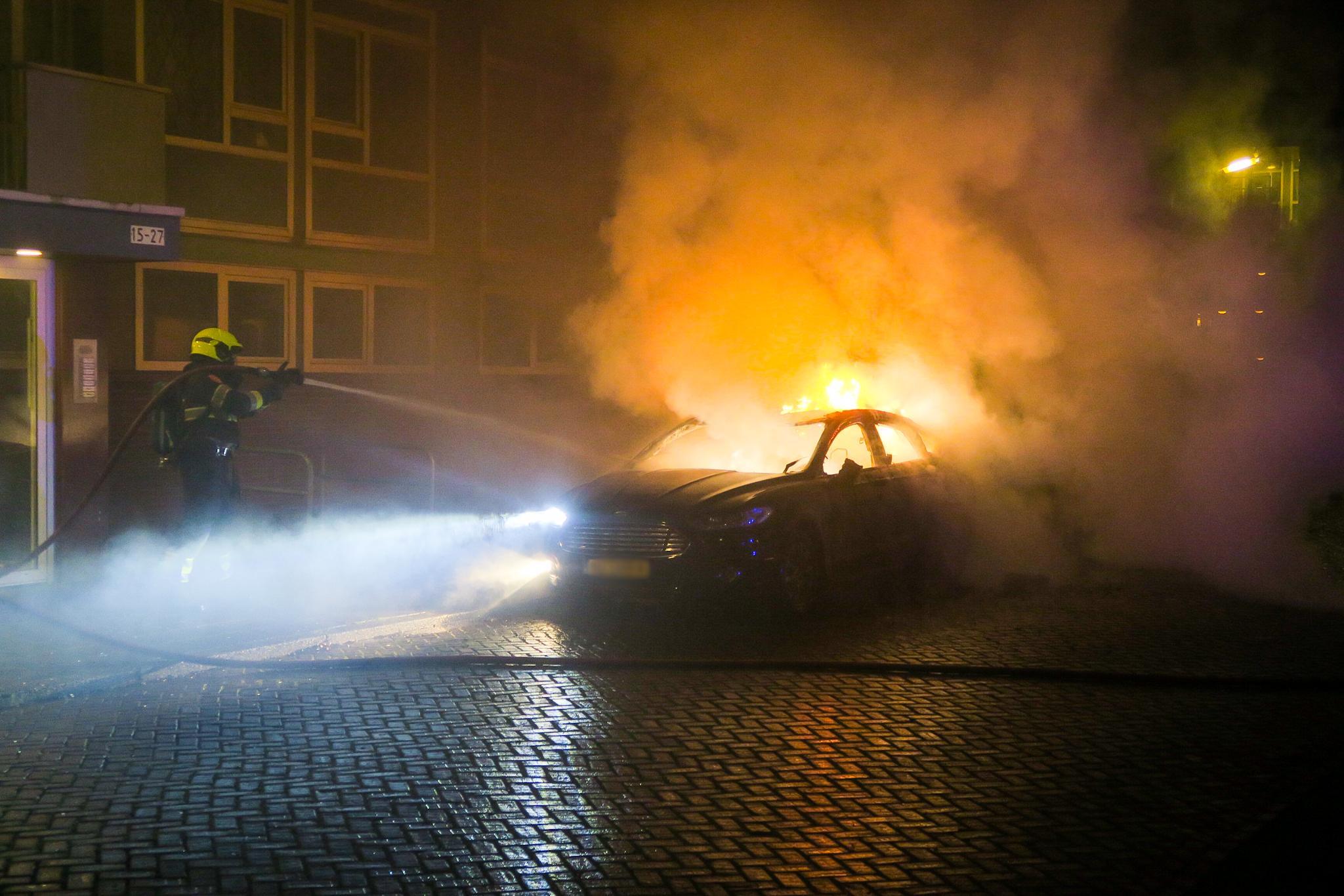 Auto in vlammen op in Beverwijk; brandstichting niet uitgesloten