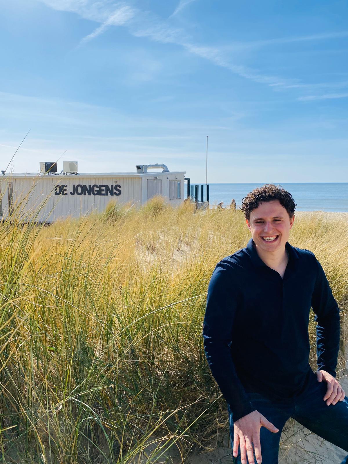 Exploitanten strandpaviljoen De Jongens in Bergen aan Zee dragen zaak na 26 jaar over: Sam Botterman (22) uit Heiloo 'misschien wel jongste strandtenteigenaar van Nederland'