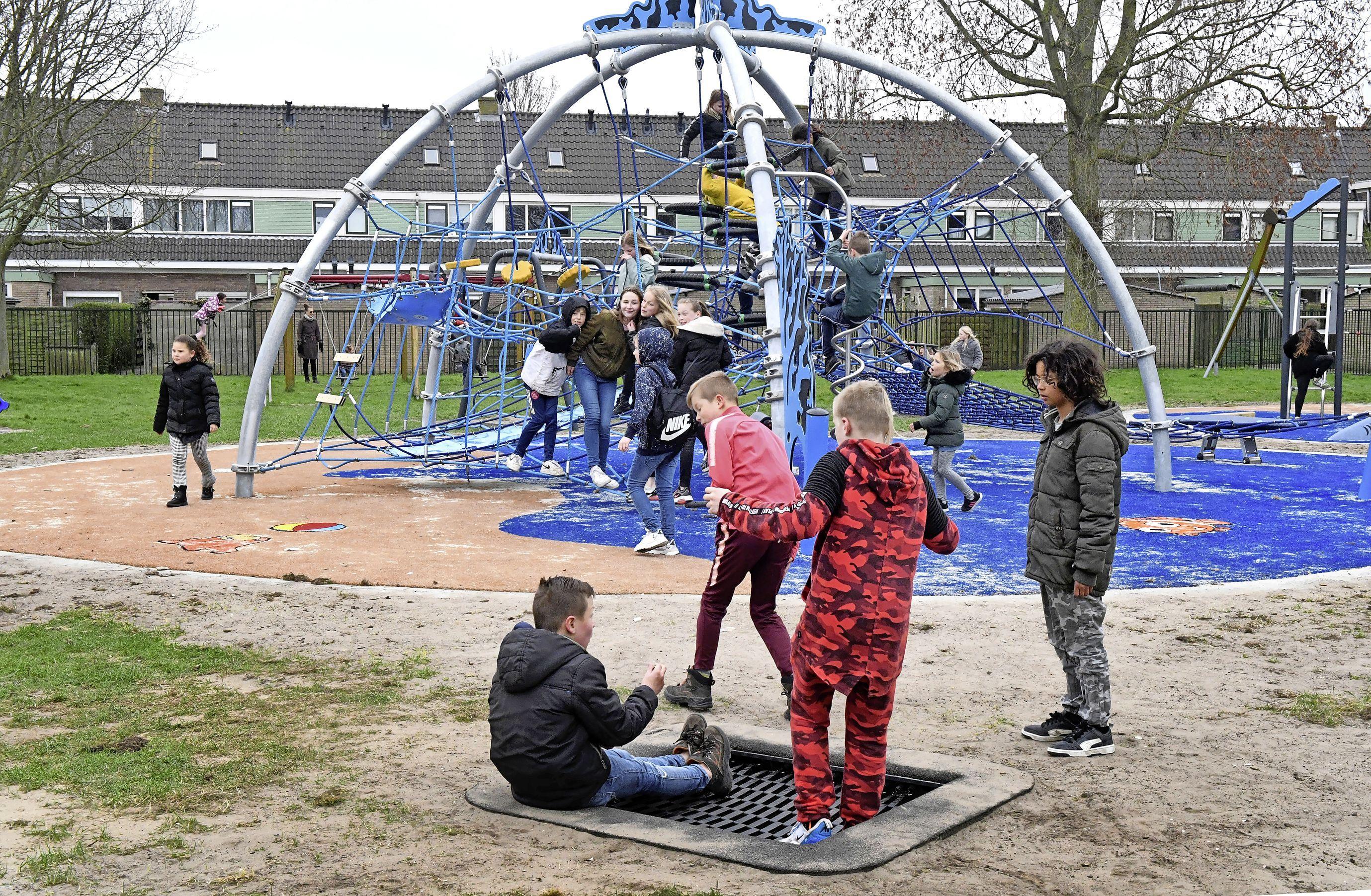 Volop klimmen en klauteren: drukke boel bij nieuwe speeltuin in Vogelwijk Den Helder
