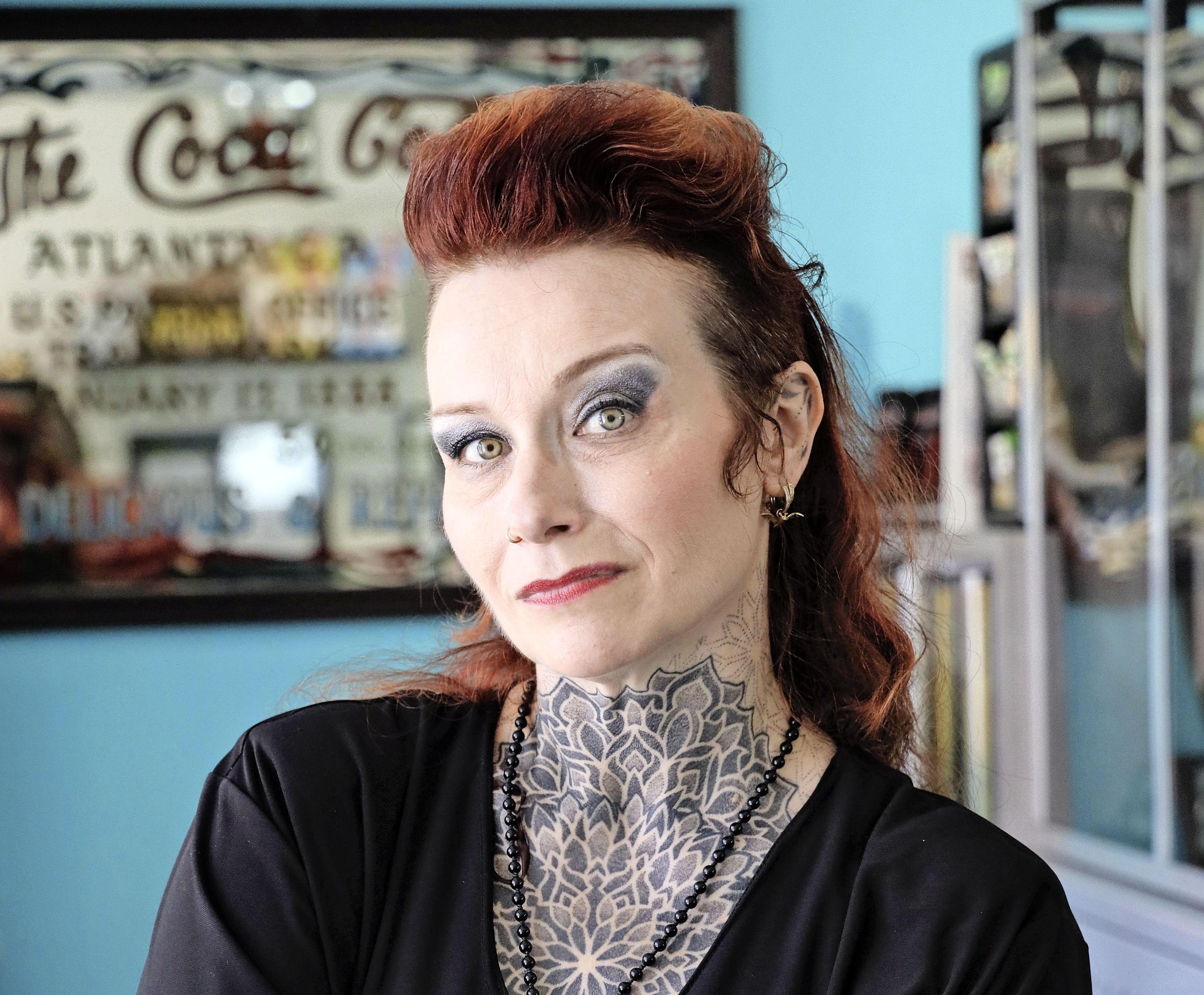 Tegenslag, de zorg om haar man en haar tattooshop hebben Enkhuizense Saskia Righart van Gelder alleen maar sterker gemaakt. 'Het leven moet gevierd worden!'