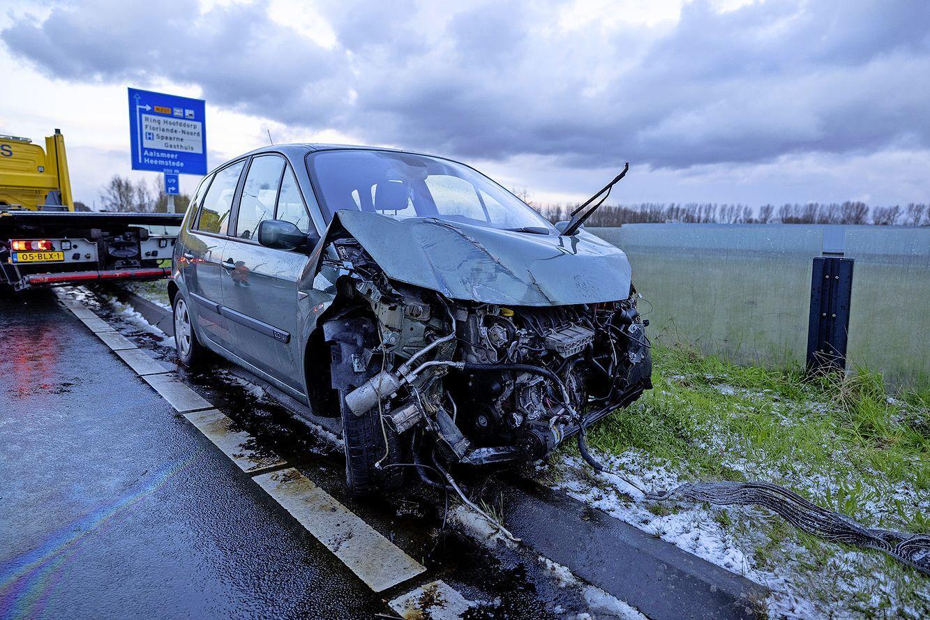 Automobilist crasht door gladheid hagelbui langs de N205 bij Hoofddorp