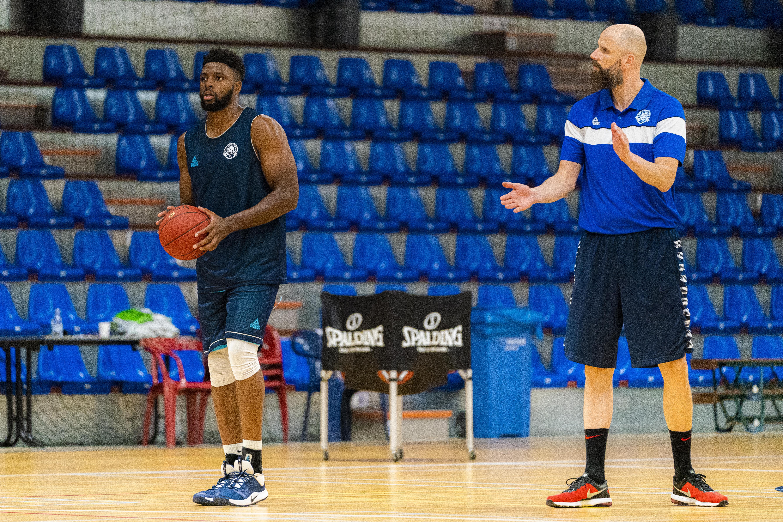 Nieuwe coach Geert Hammink woont nu ook in Leiden en geniet van basketbalsfeer bij ZZ op eerste training