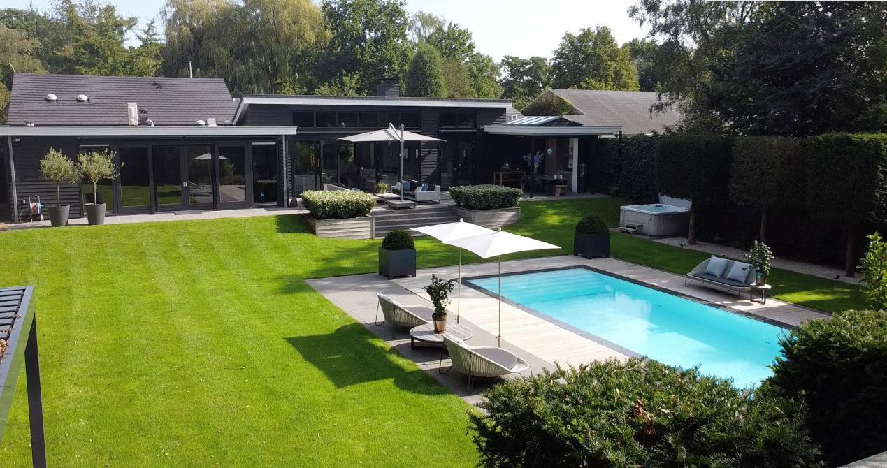 De villa van Ronald Koeman in Naarden staat te koop. Vraagprijs: 2,65 miljoen