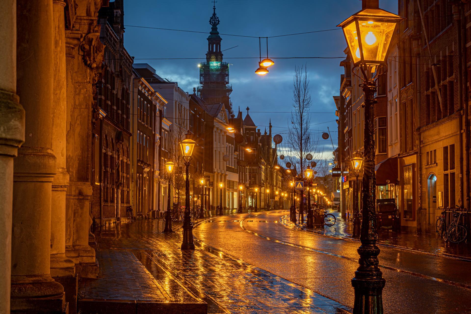Stille straten in Leiden tijdens lockdown; Carla Matthee fotografeert stad in het blauwe uur