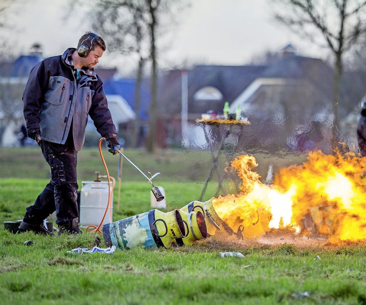 Carbidschieten gaat in de Rijnstreek wél door, in de Bollenstreek niet