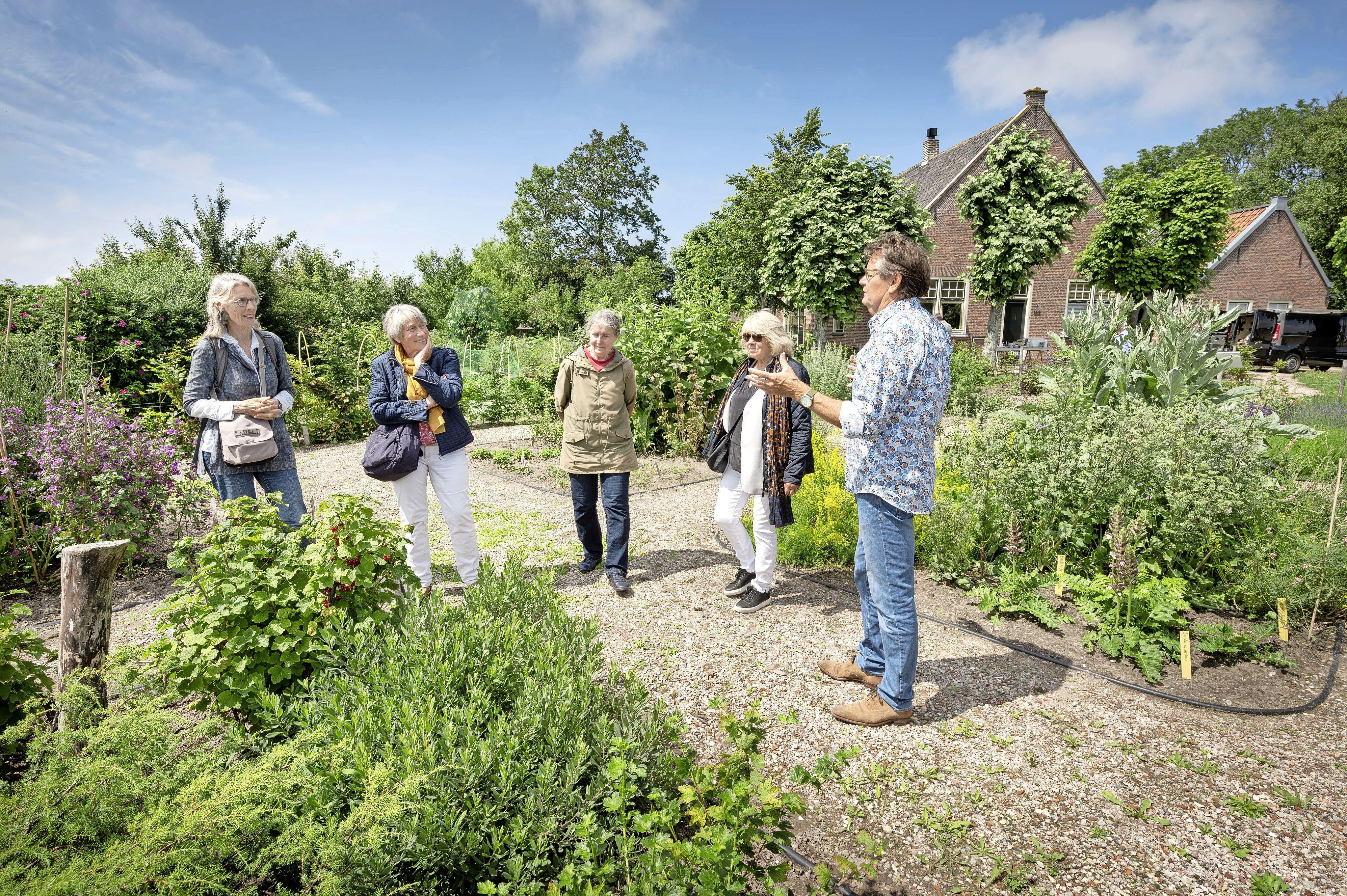 Vrijwilligers van 'Parel Veldzicht' verbinden tuinen aan elkaar na winst tienduizend euro