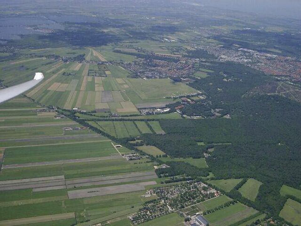 Wijdemeerse gemeenteraad doet unaniem klemmend beroep op overheden: Breek discussie over woningbouw bij vliegveld Hilversum open