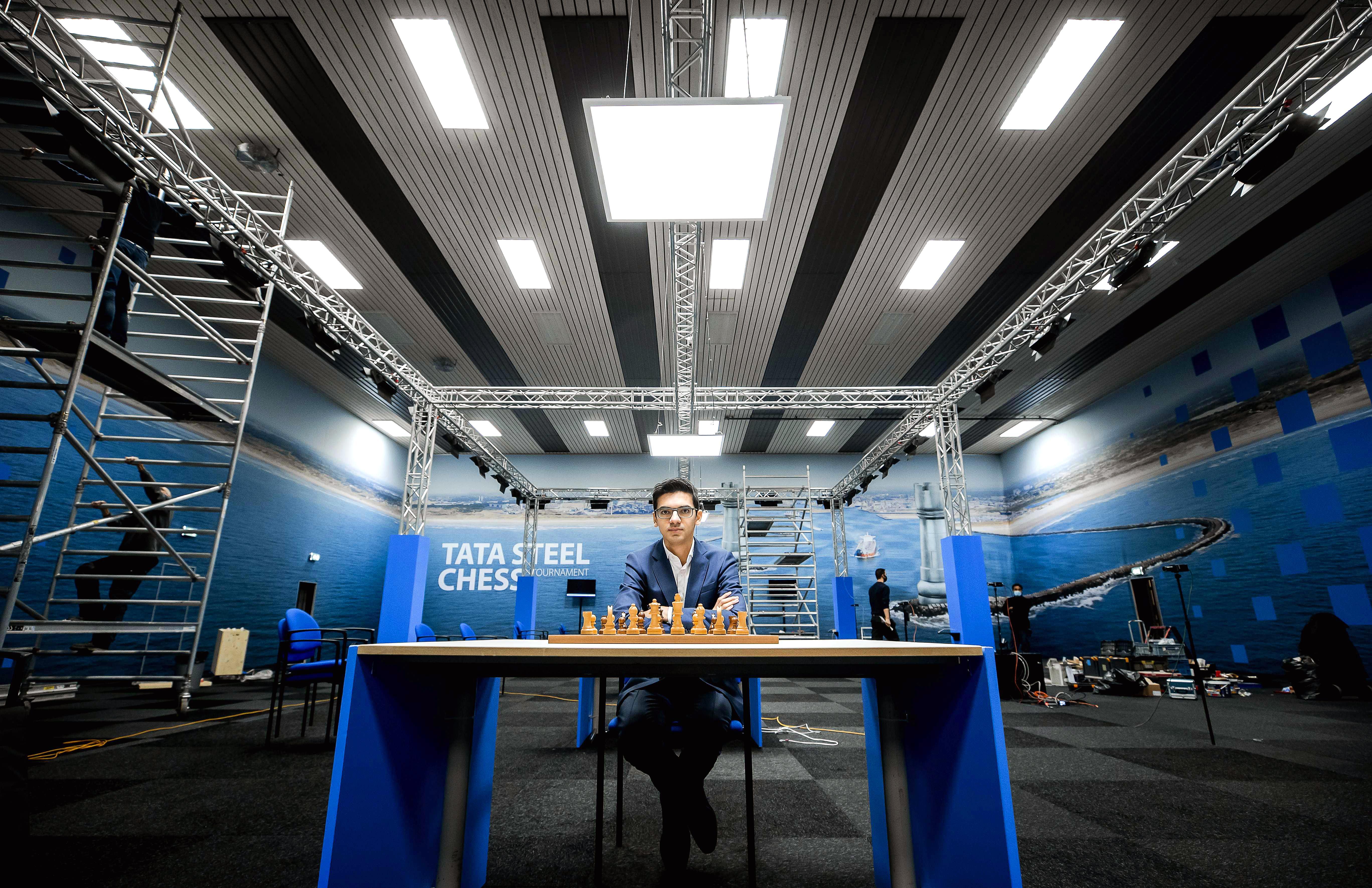 Anish Giri is blij dat hij tijdens Tata Chess weer kan schaken met een collega tegenover zich. Toch zal hij het publiek en de restaurants in Wijk aan Zee missen. 'Uit eten gaan was toch een rustpuntje op de dag'