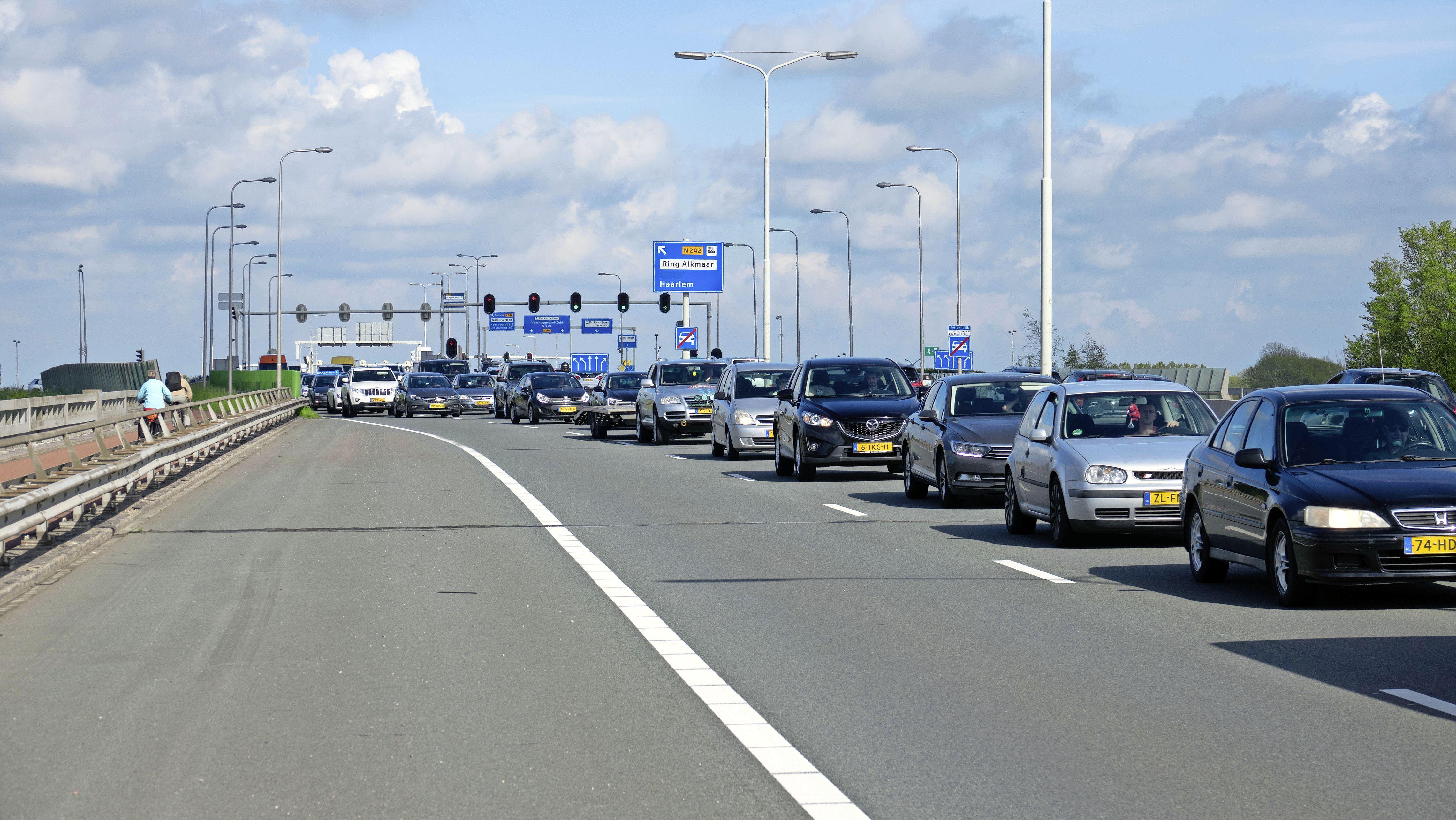 Drie auto's zwaar beschadigd door kop-staartbotsing in Alkmaar