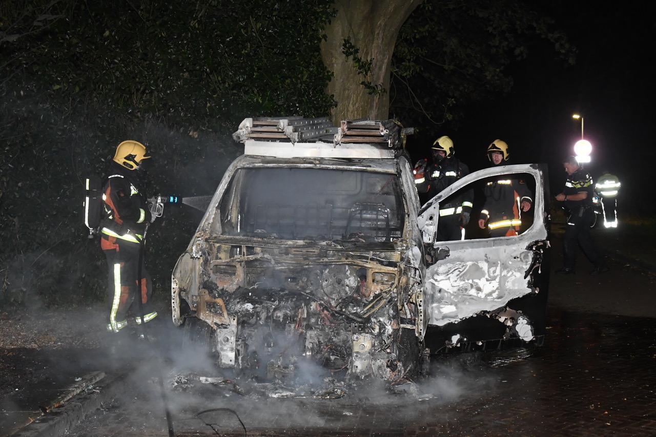 Busje in vlammen op in Warmond