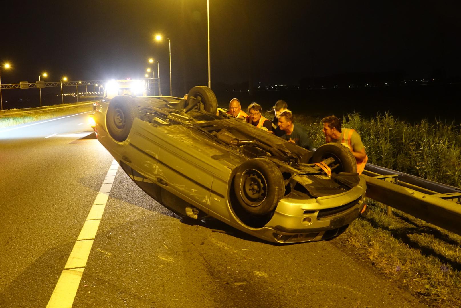 Net gekochte auto valt van aanhanger op A7 en raakt total loss