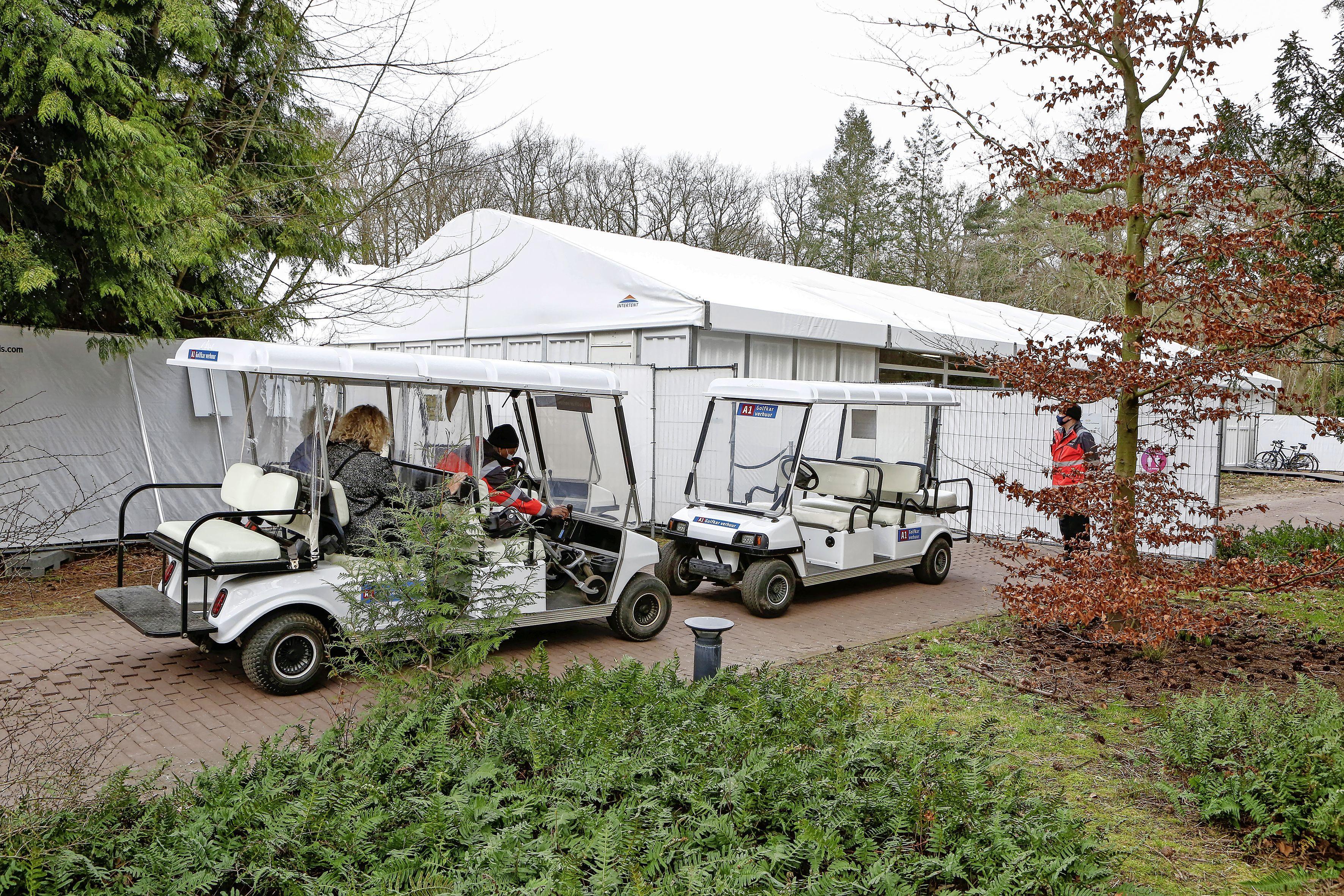 Derde vaccinatiepaviljoen opent begin mei in Naarden; GGD noemt parkeerterrein voormalige golfbaan toegankelijke locatie