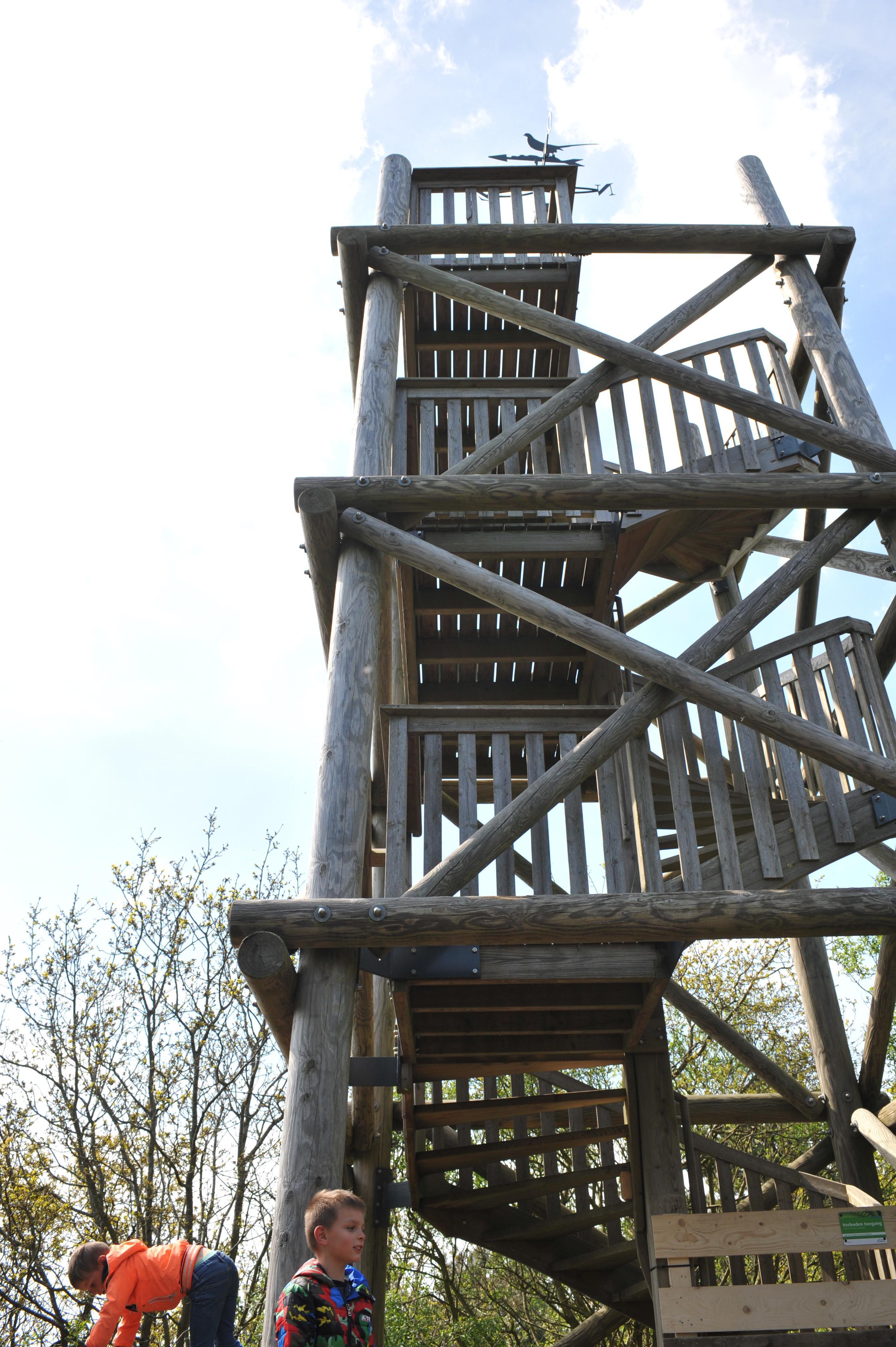 Trap naar Kruisberg in Heemskerk weer als nieuw, schetsontwerp uitkijktoren in de maak