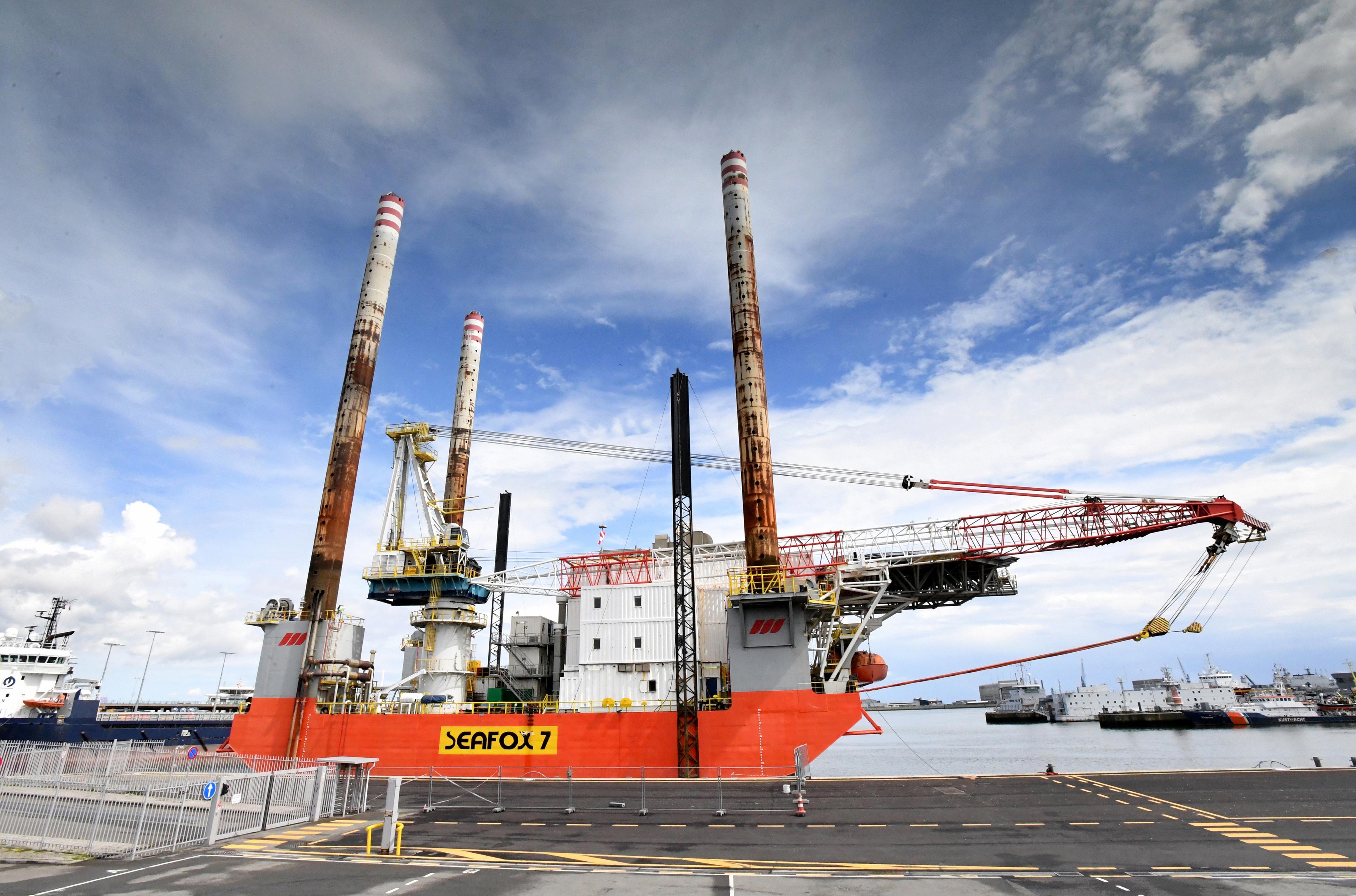 Tachtig meter hoog werkschip Seafox 7 bepaalt ruim een maand de skyline van Den Helder