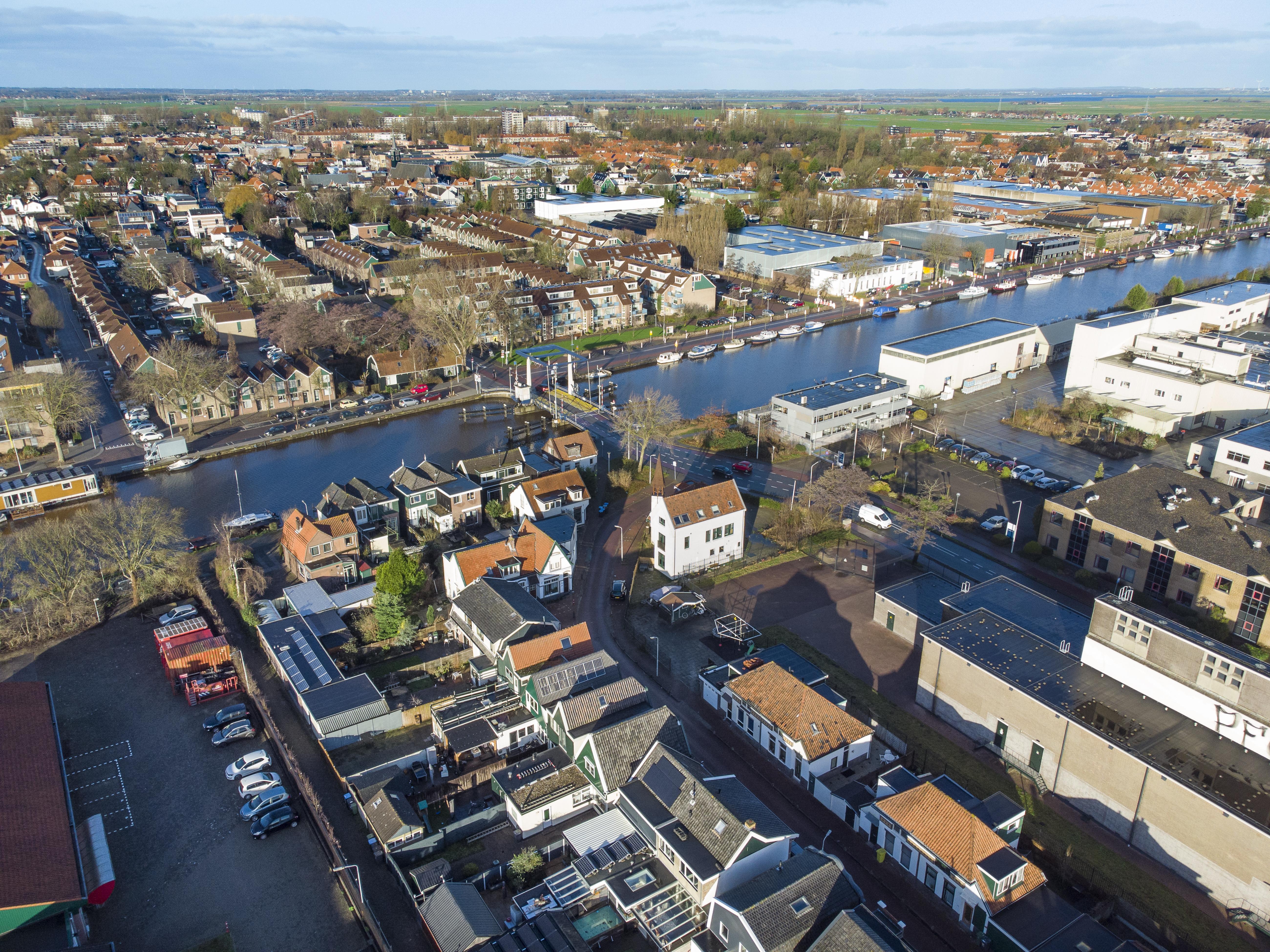 Vaartbrug was vroeger een tolbrug, nu een flessenhals voor verkeer op doorgaande weg tussen Krommenie en Wormerveer [luchtfoto]