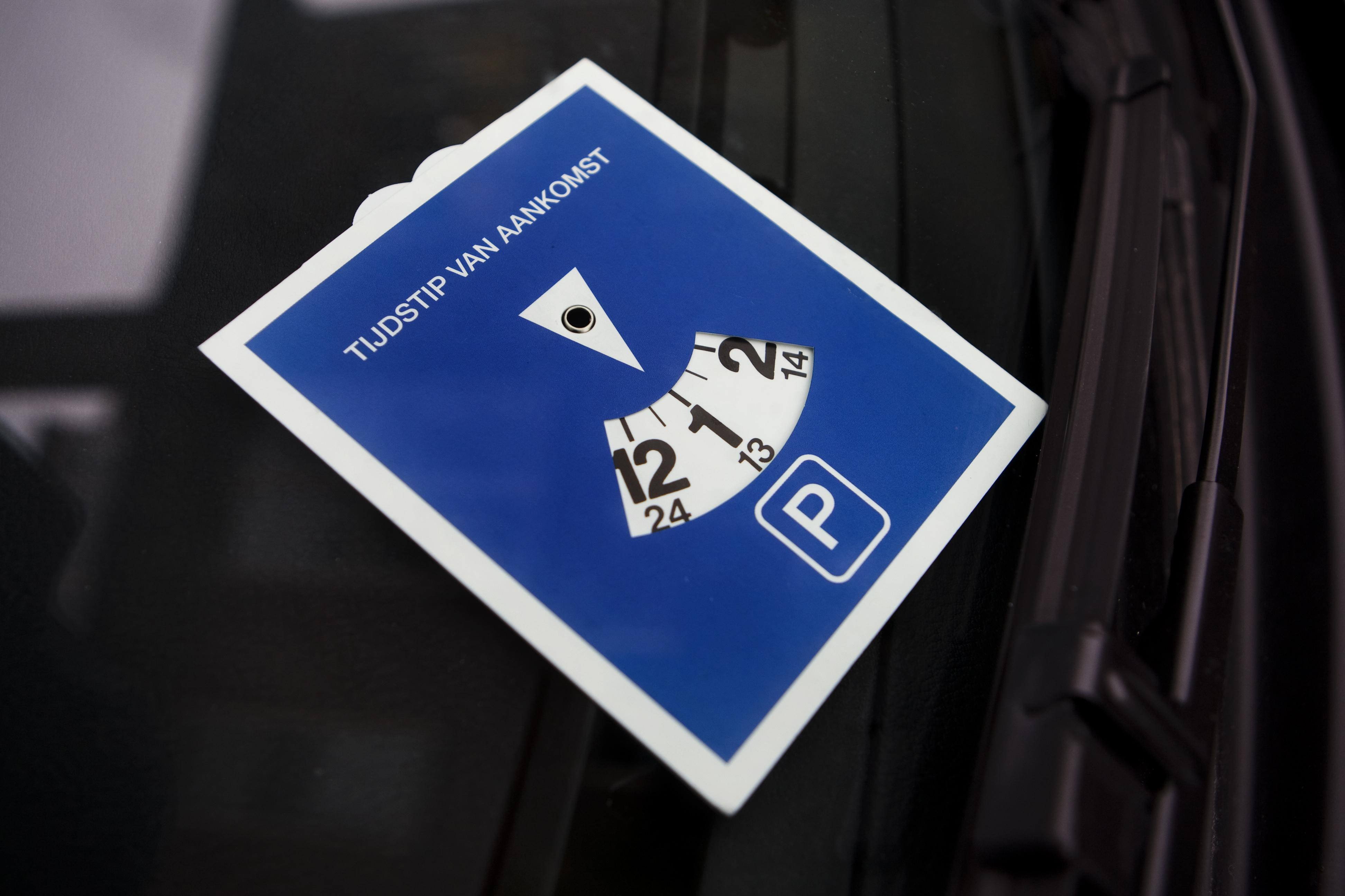 Coronamaatregel in Baarn: gemeente stelt blauwe zone parkeerterreinen Brink en Laanstraat tijdelijk buiten werking ten behoeve van thuiswerkende centrumbewoners