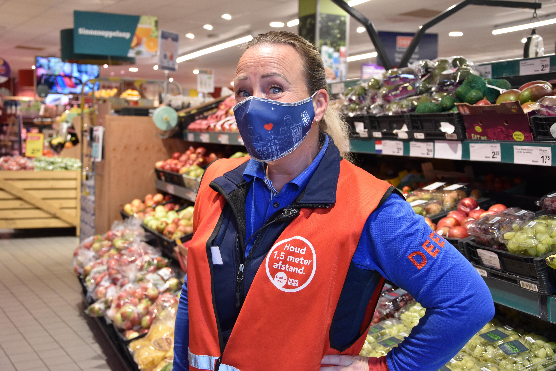 Deen deelt in Amsterdam mondkapjes uit aan klanten