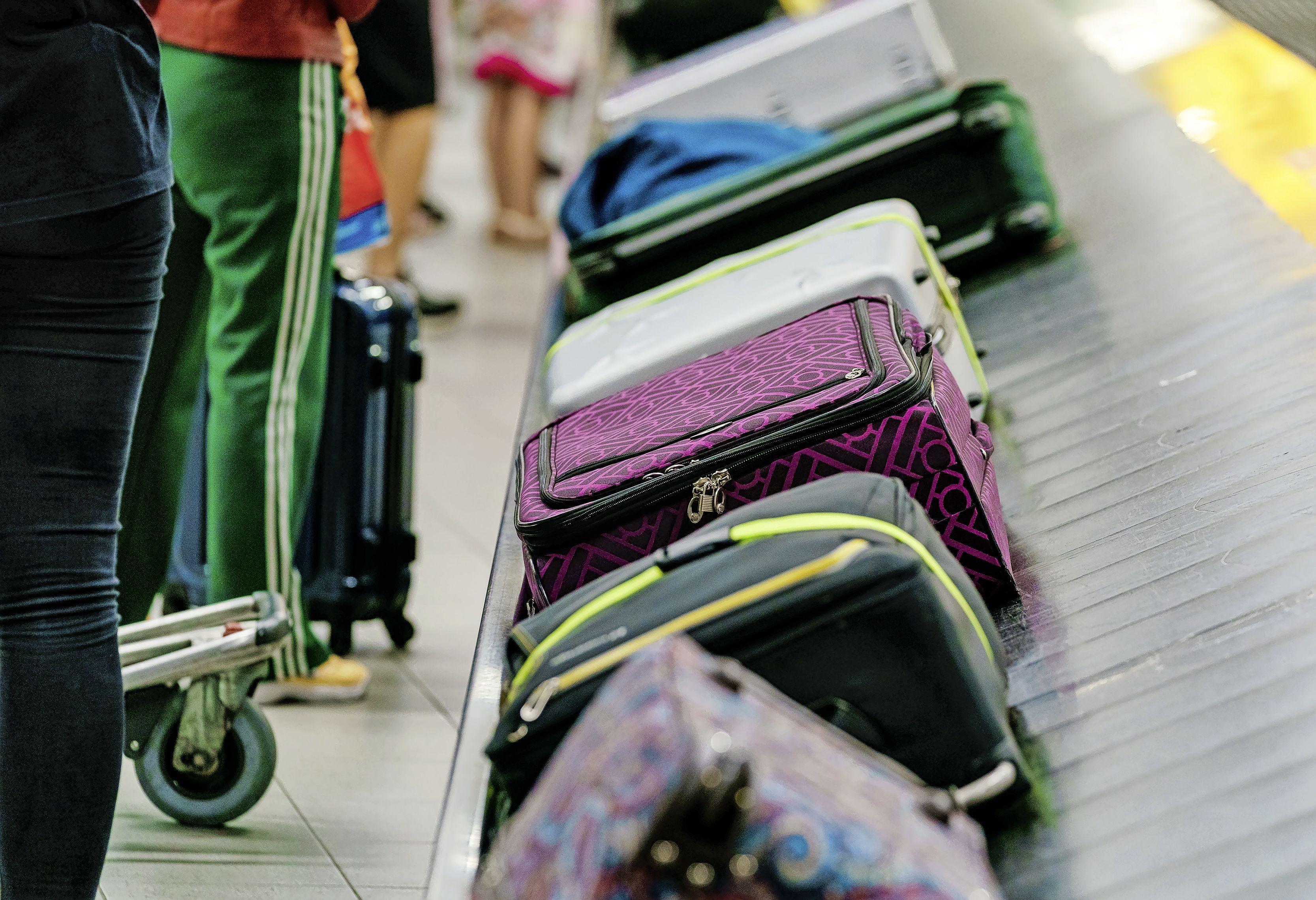 Hij zou tegen betaling bagage met cocaïne voor de douanecontrole veiligstellen. Nu draait voormalig Schipholmedewerker twee jaar de gevangenis in