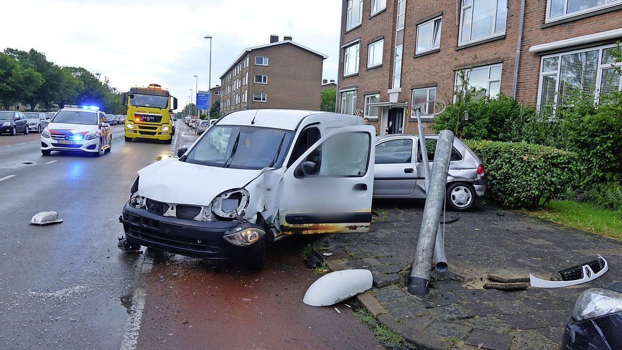 16-jarige bestuurder richt op zijn verjaardag grote ravage aan in Den Helder; twee gewonden en meerdere auto's total loss