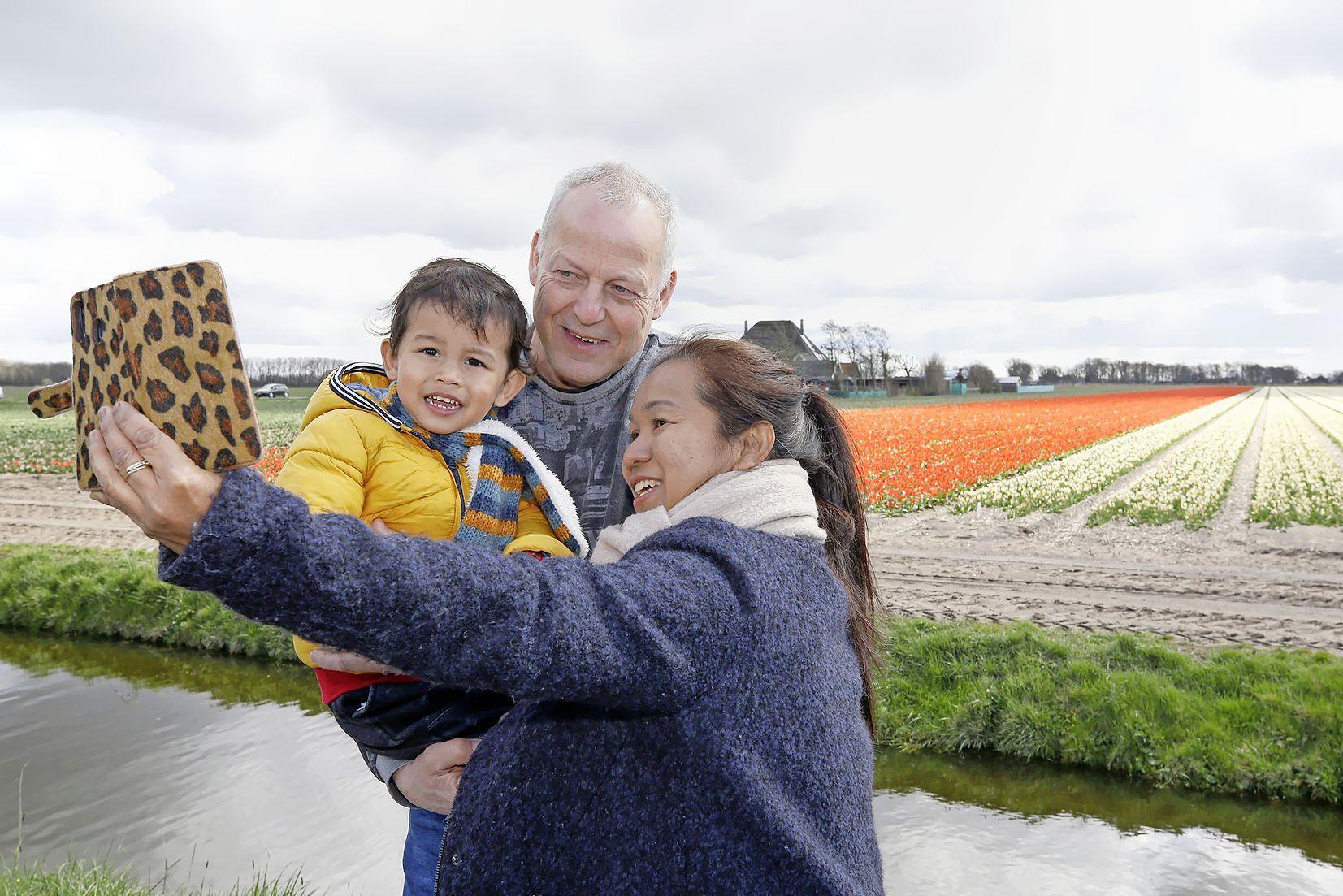 Helemaal uit Woerden naar 't Zand voor een selfie bij een bollenveld in bloei