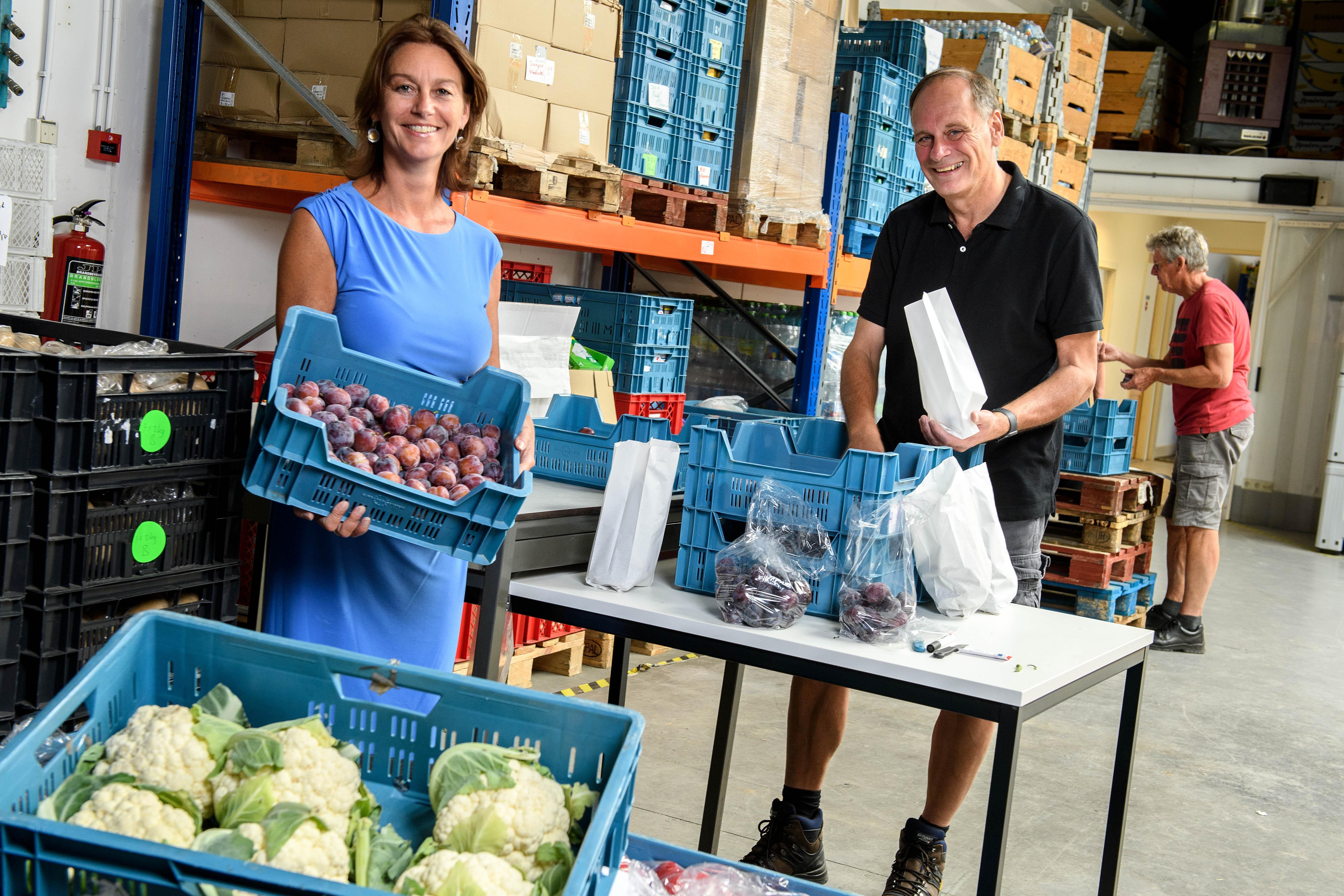 'Blij met fruit, dat kunnen we niet vaak aanbieden'; Zaanse Voedselbank krijgt na noodkreet welkome steun in de rug van de Rabobank, maar zoekt nog wel dringend vijftig vrijwilligers voor grote inzamelingsdag op 29 augustus