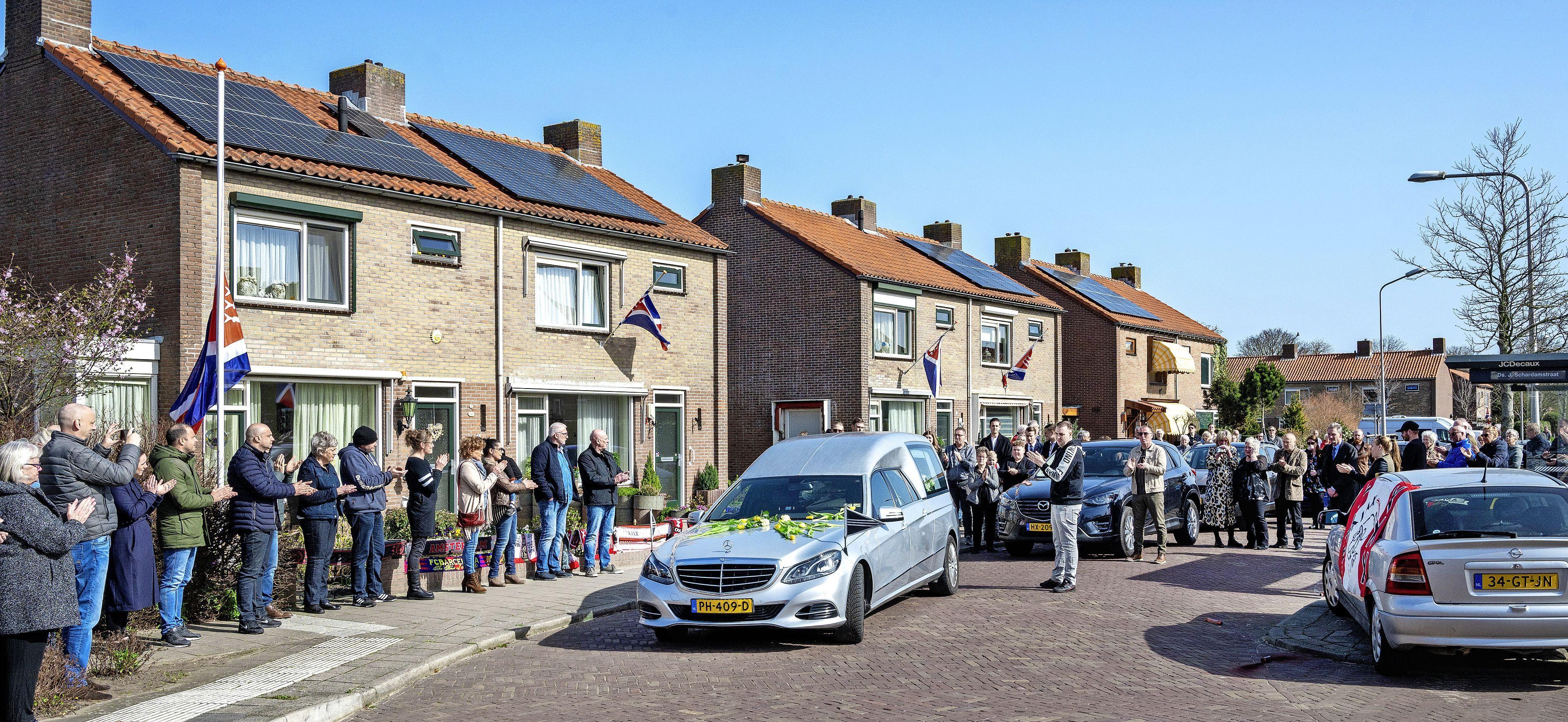 Eerbetoon aan een dorpsicoon: Spaarndam loopt massaal uit voor Henk Goebert