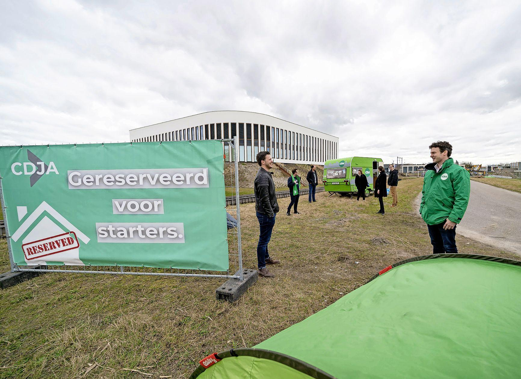 Jongeren CDA plaatsen tentjes en caravan op toekomstige woningbouwlocatie. 'Veel starters moeten hoognodig de deur uit bij hun ouders'