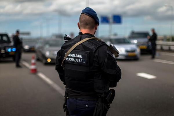Marechaussee houdt Russische moordverdachte aan op Schiphol