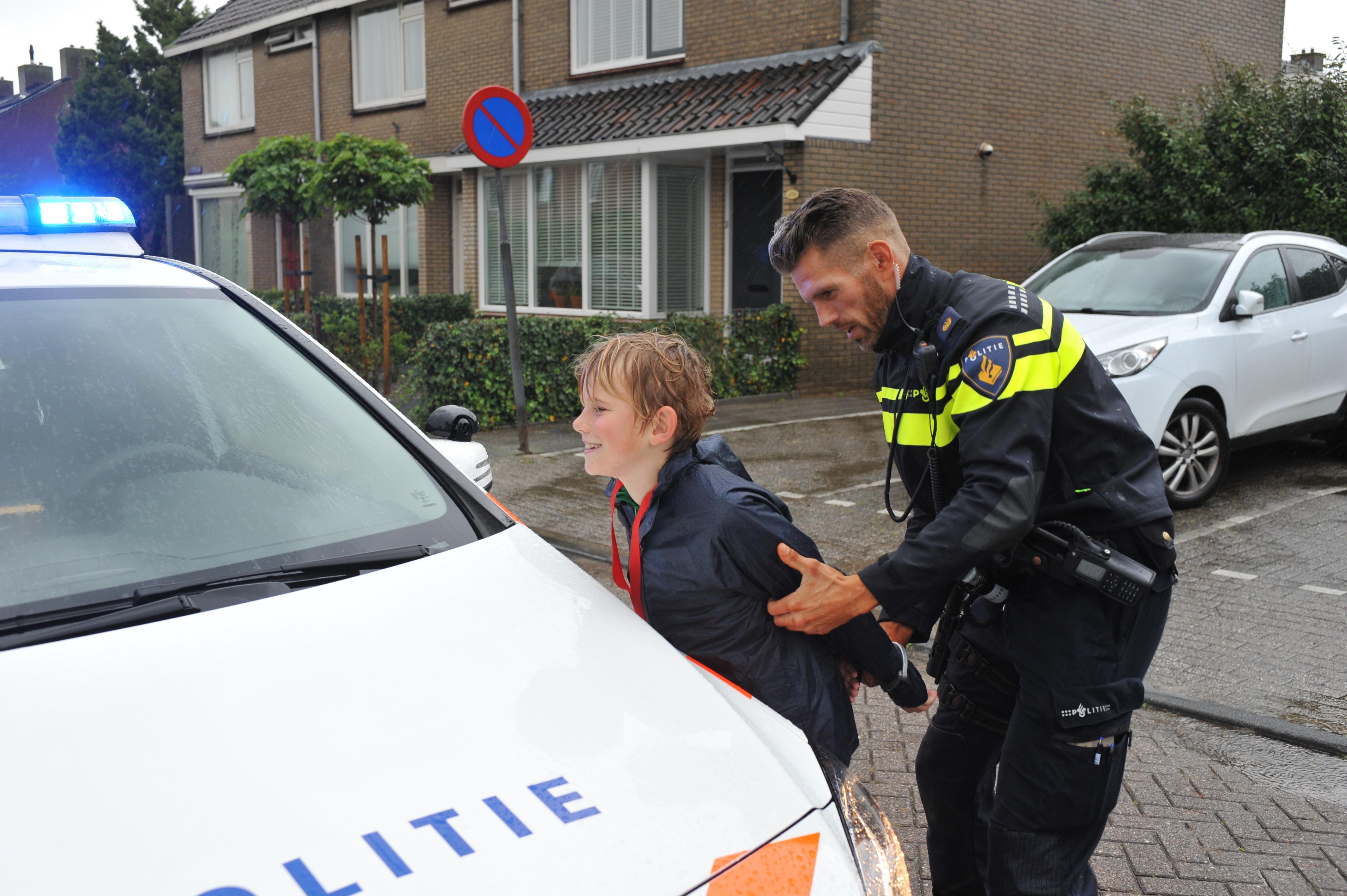 Tientallen kinderen die zich verstoppen en politieagenten die ze proberen te vangen. De Politiehunt: wie niet weg is, is gezien [video]