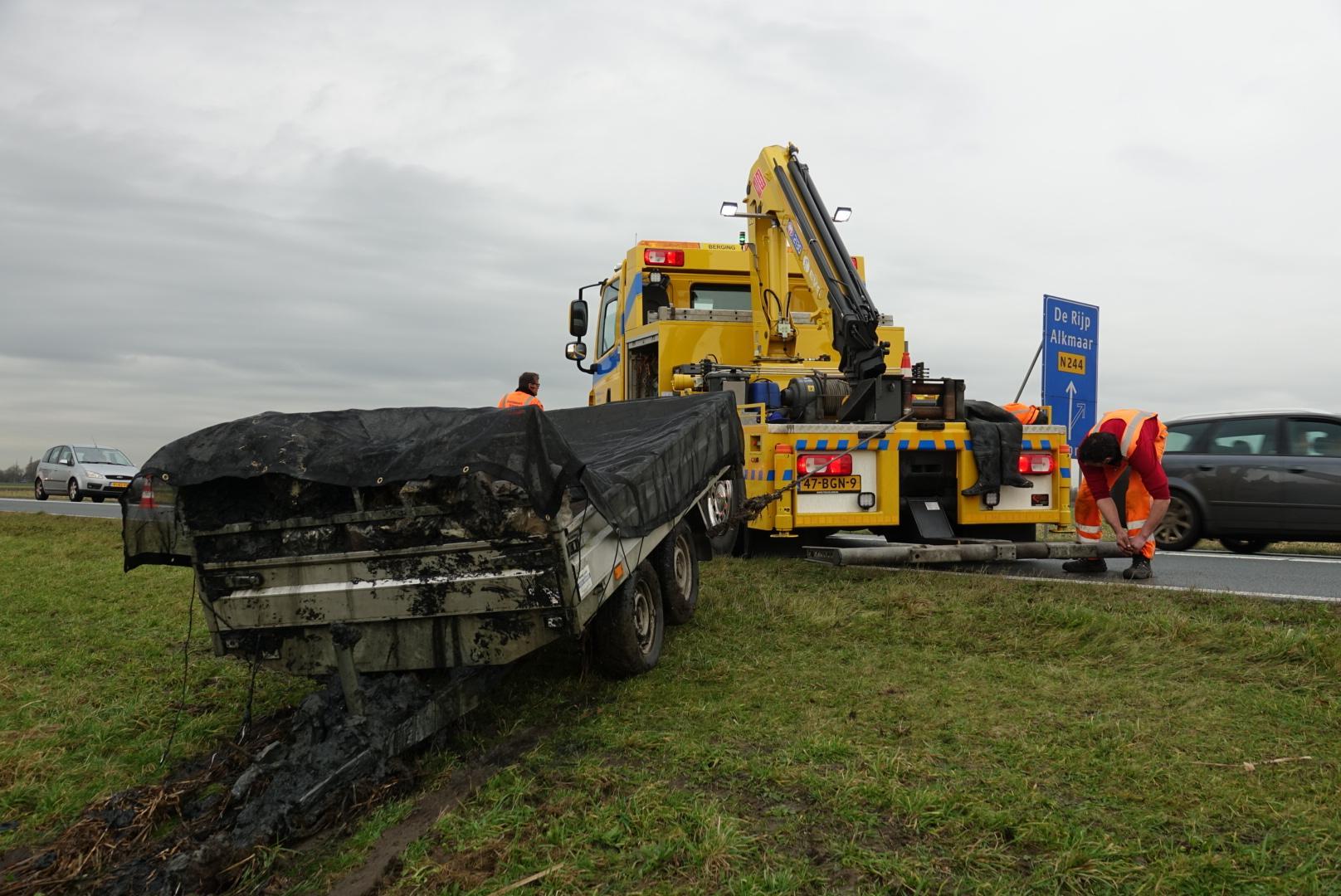 Aanhanger met puin belandt in sloot N244 in Middenbeemster