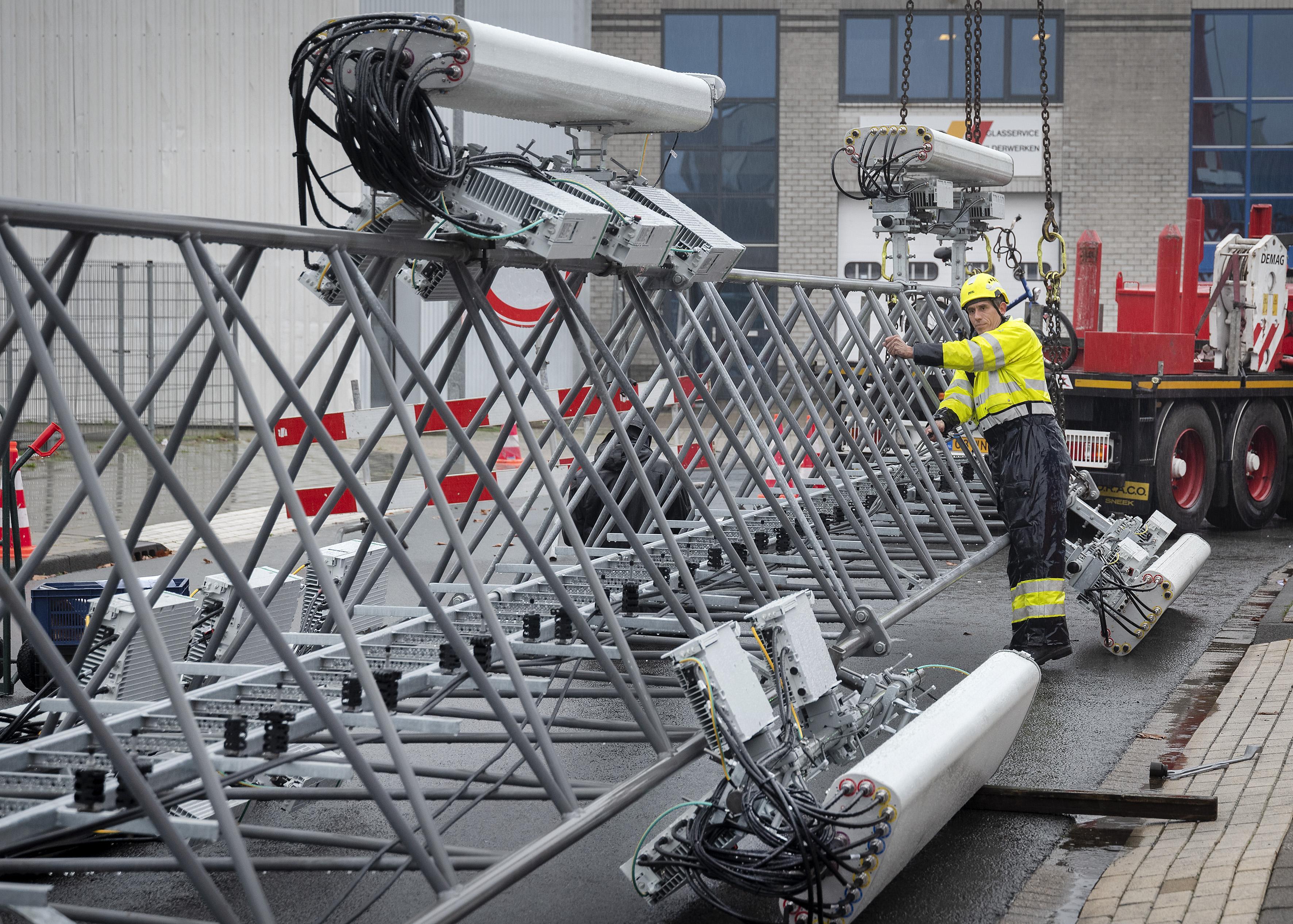 Schrik om hoge zendmast in Haarlemse Waarderpolder: Werknemers aan Emrikweg onaangenaam verrast door tijdelijk bouwwerk