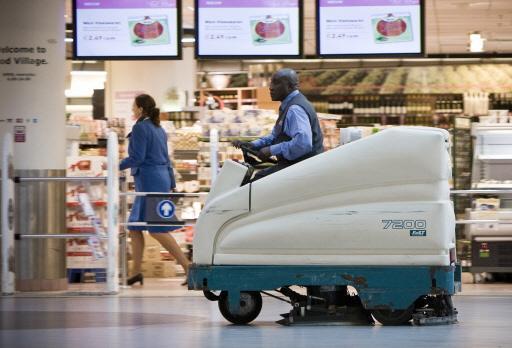 Vakbonden: massaontslag onder schoonmakers Schiphol dreigt