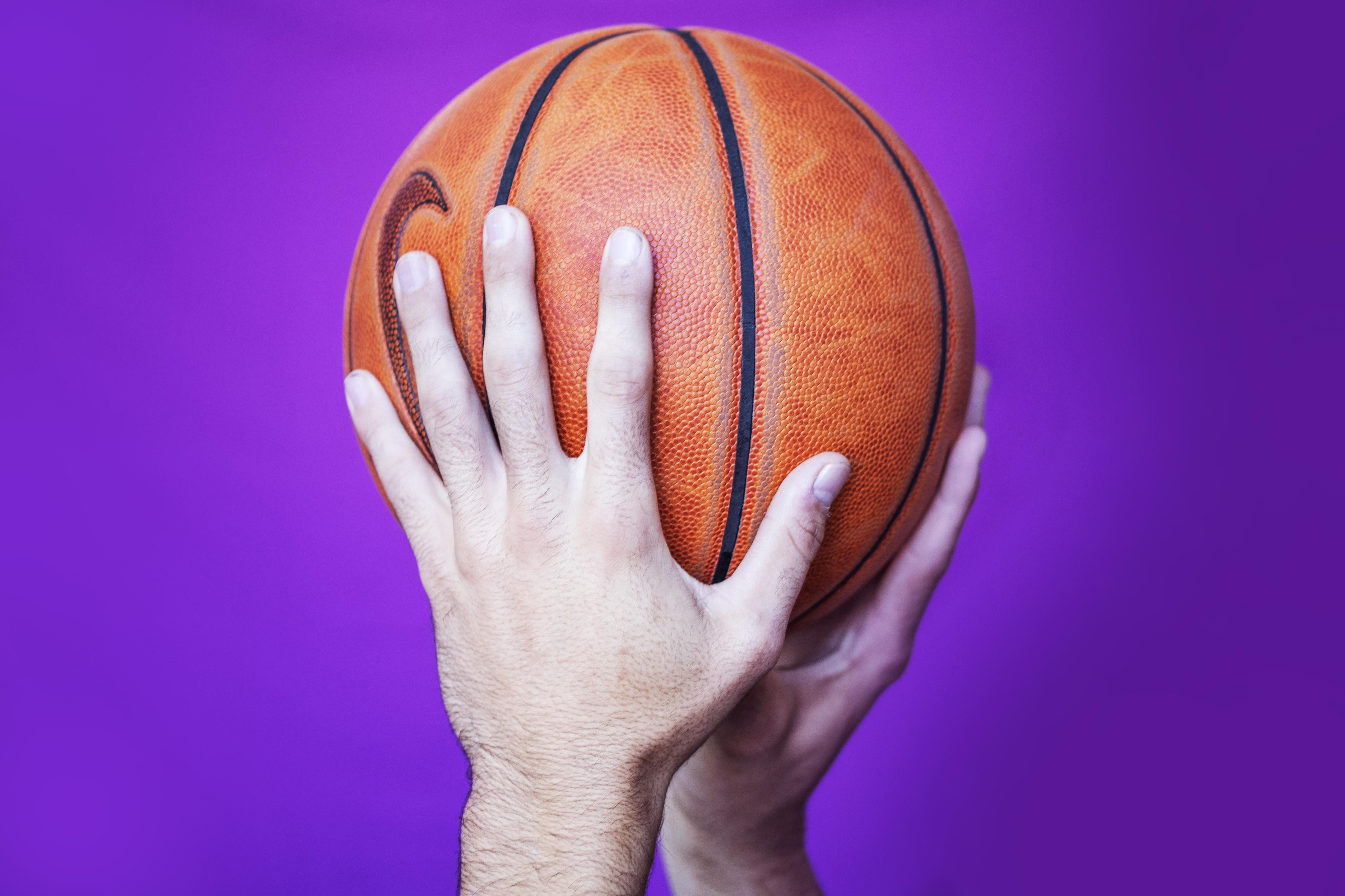 Donny Hoft bikkelt met zijn basketbal