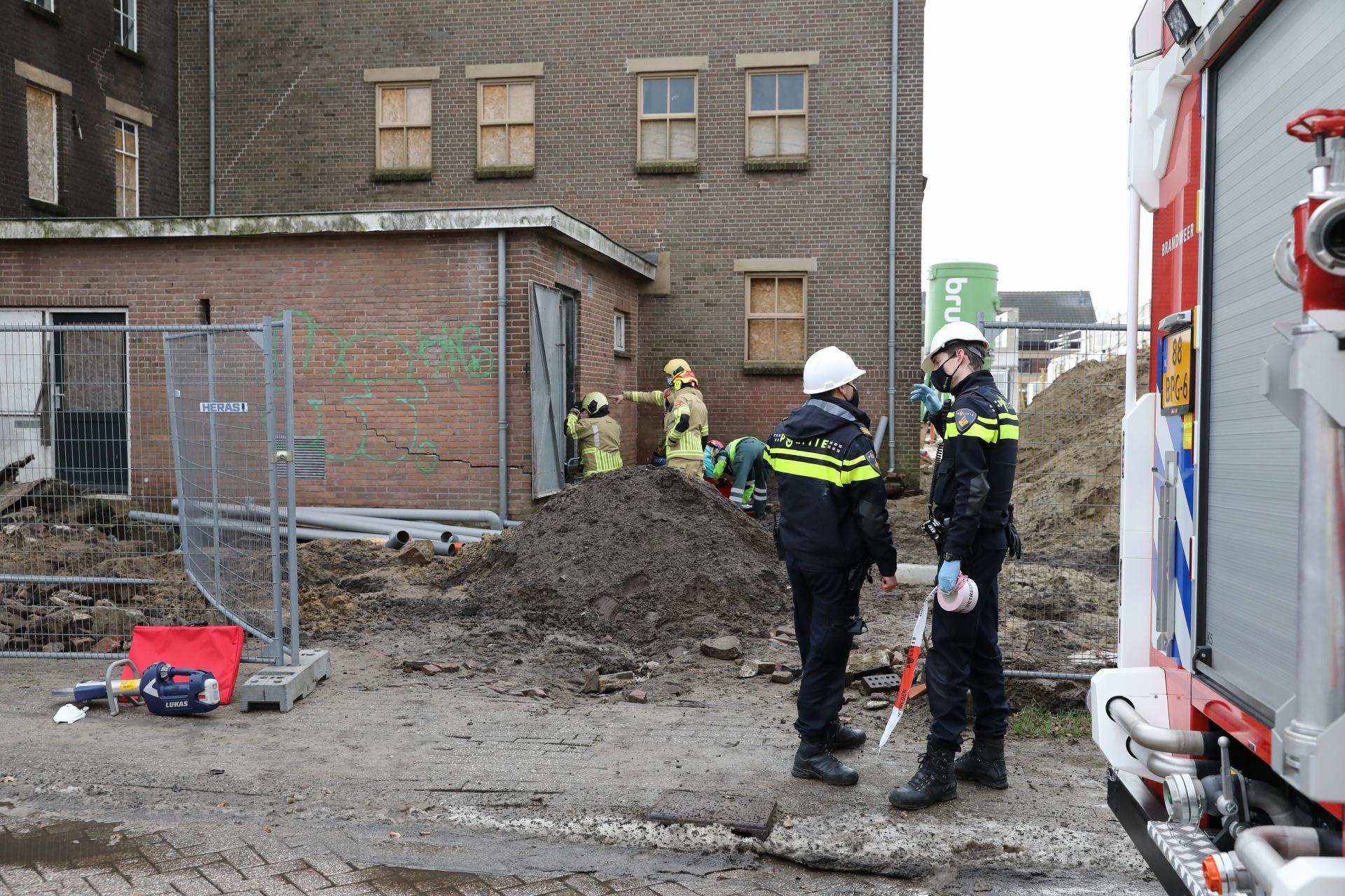 Dak ingestort van oude melkfabriek in Bunschoten, persoon bekneld geraakt en bevrijd door brandweer