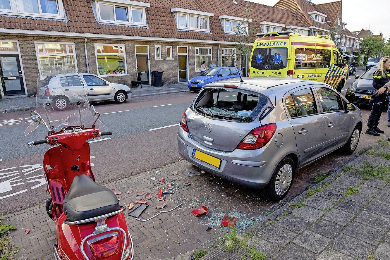 Scooter klapt op auto in Haarlem: twee gewonden en raam verbrijzeld