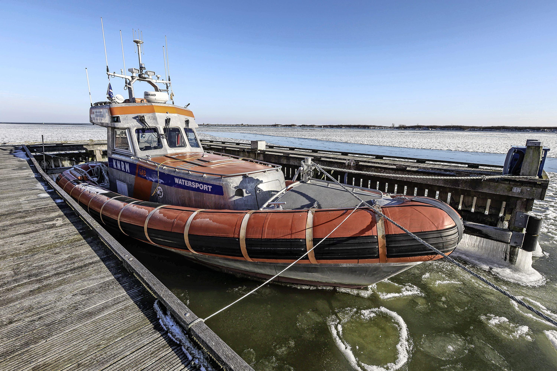 In overlevingspak met brancard en touw ijs op in geval van nood: KNRM ligt stil, maar werkt met brandwer aan ijsreddingsteams