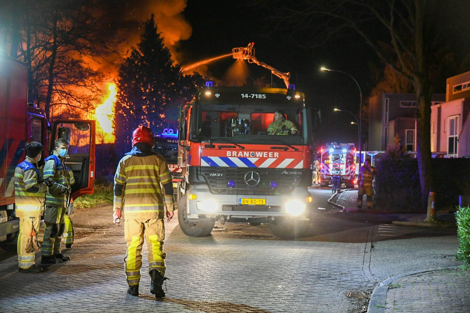 Tientallen omwonenden moeten hun huis uit vanwege grote brand op vliegveld Hilversum. Loods en woning verwoest [video]