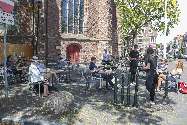 'Hier heb ik weken naar uitgekeken'; Terrassen in de regio Hilversum stromen meteen na twaalf uur op veel plekken vol