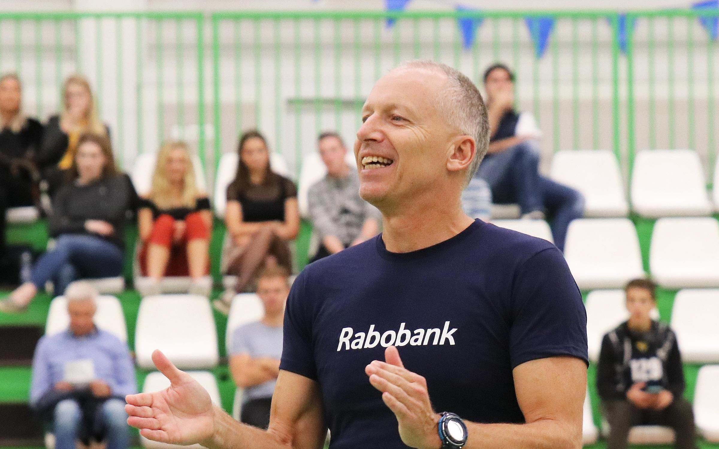 Zaanse volleybaltrainer Sandor Rieuwers bij vrouwenteam Armixtos op voor hem onbekend terrein: 'Gevoel dat ik mijn ei kwijt kan'