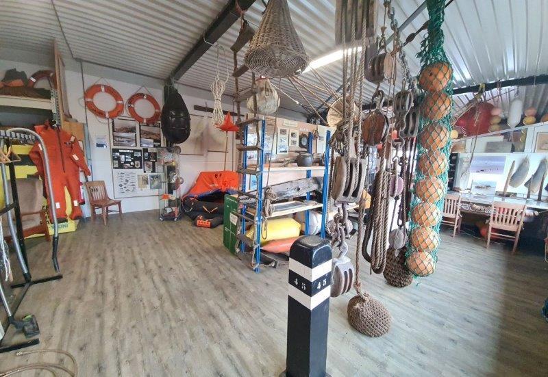 Strandvondstenmuseum in Castricum stopt: collectie van legendarische jutter Thijs Bakker gaat naar zoon Dirk