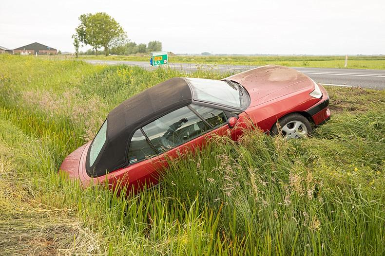 Auto te water in Bunschoten-Spakenburg, bestuurder aangehouden